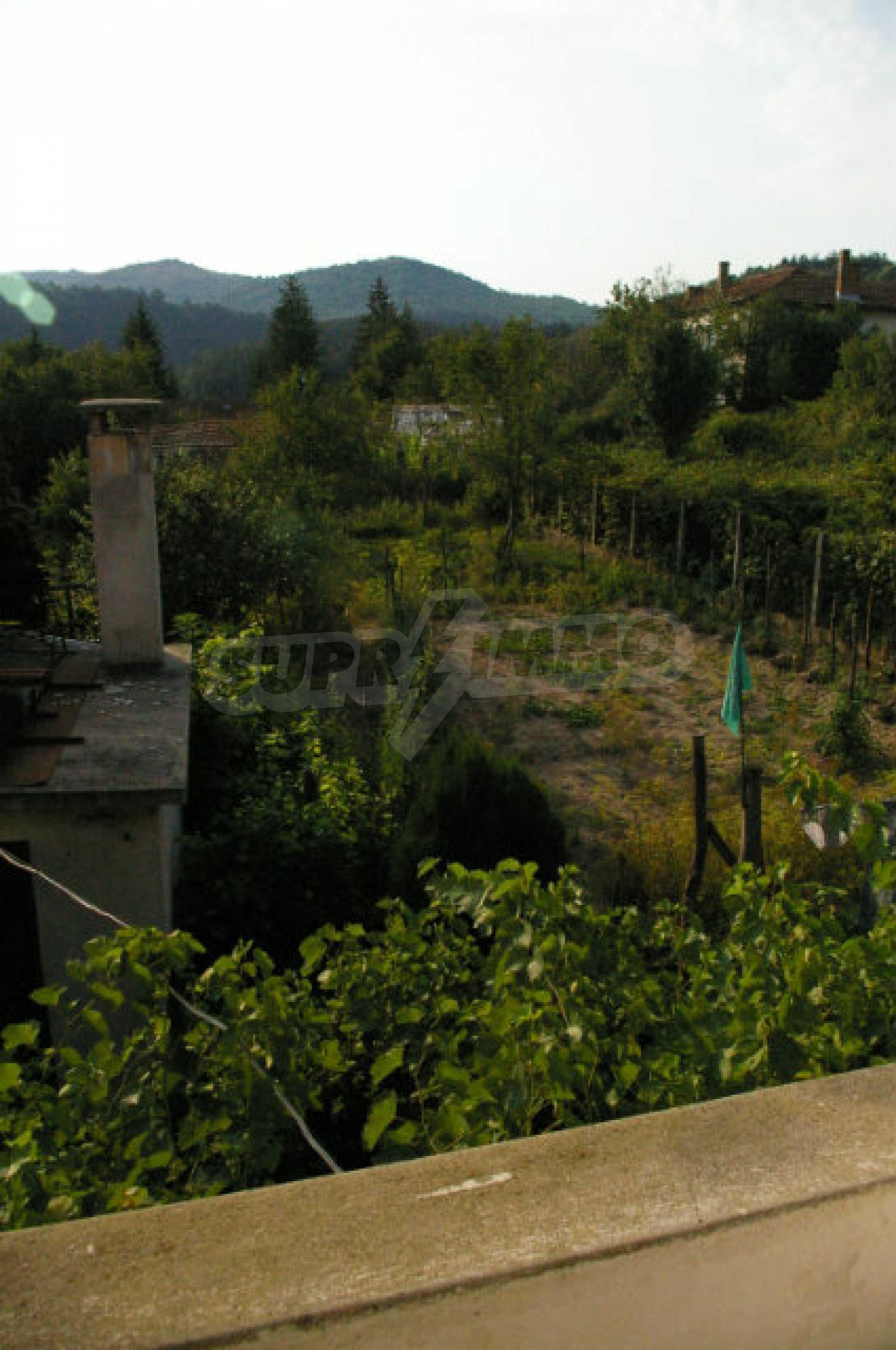 Просторна двуетажна къща в район с красива природа 17