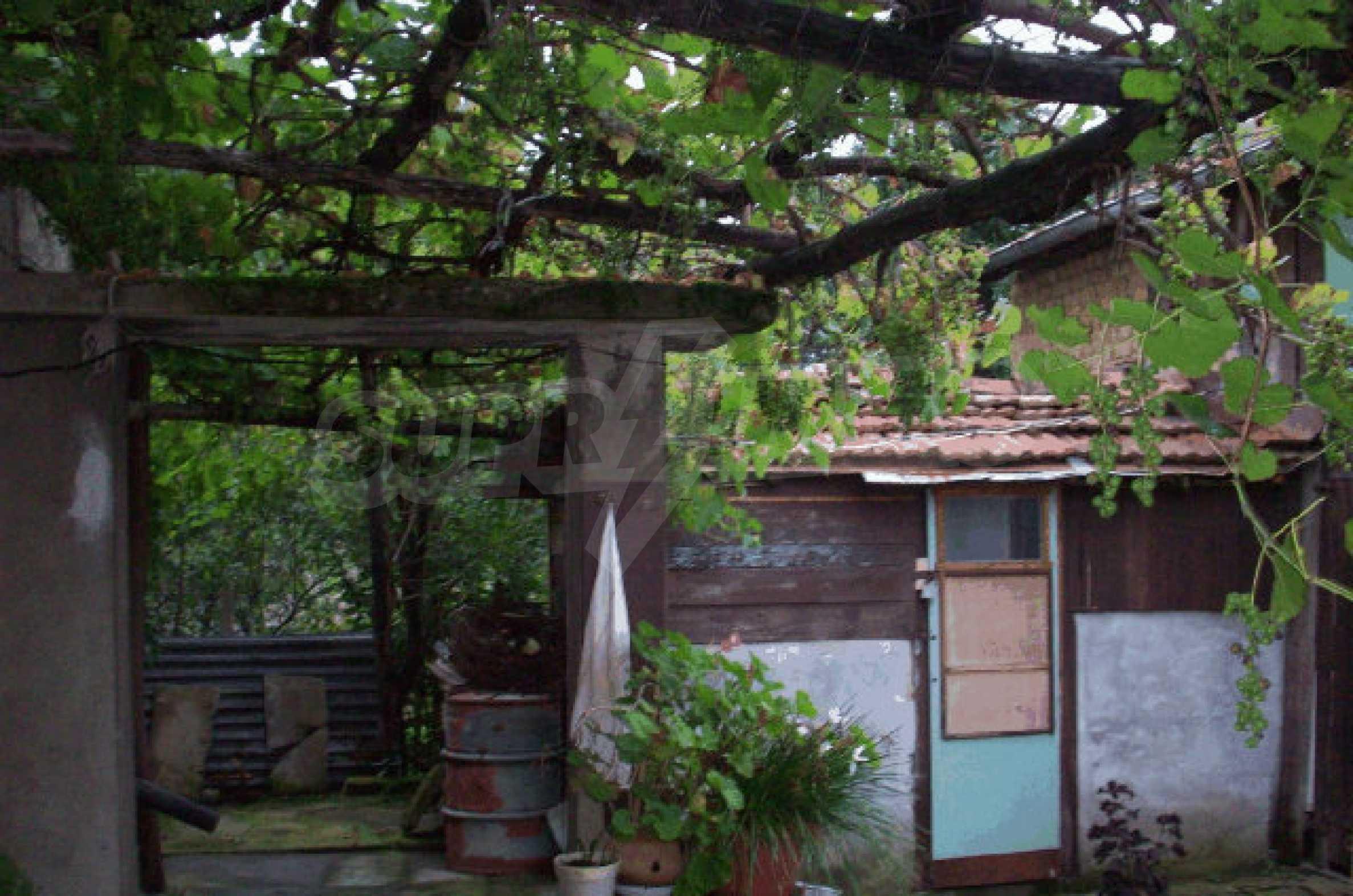 Просторна двуетажна къща в район с красива природа 18