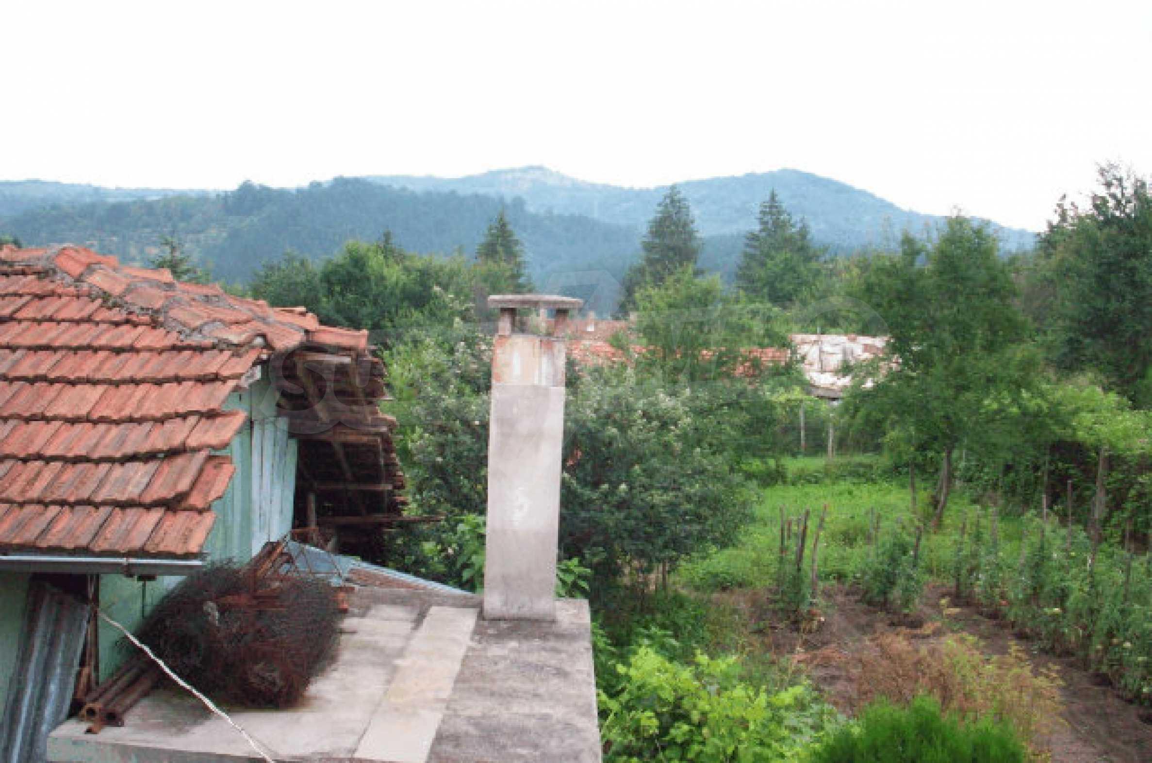 Просторна двуетажна къща в район с красива природа 19
