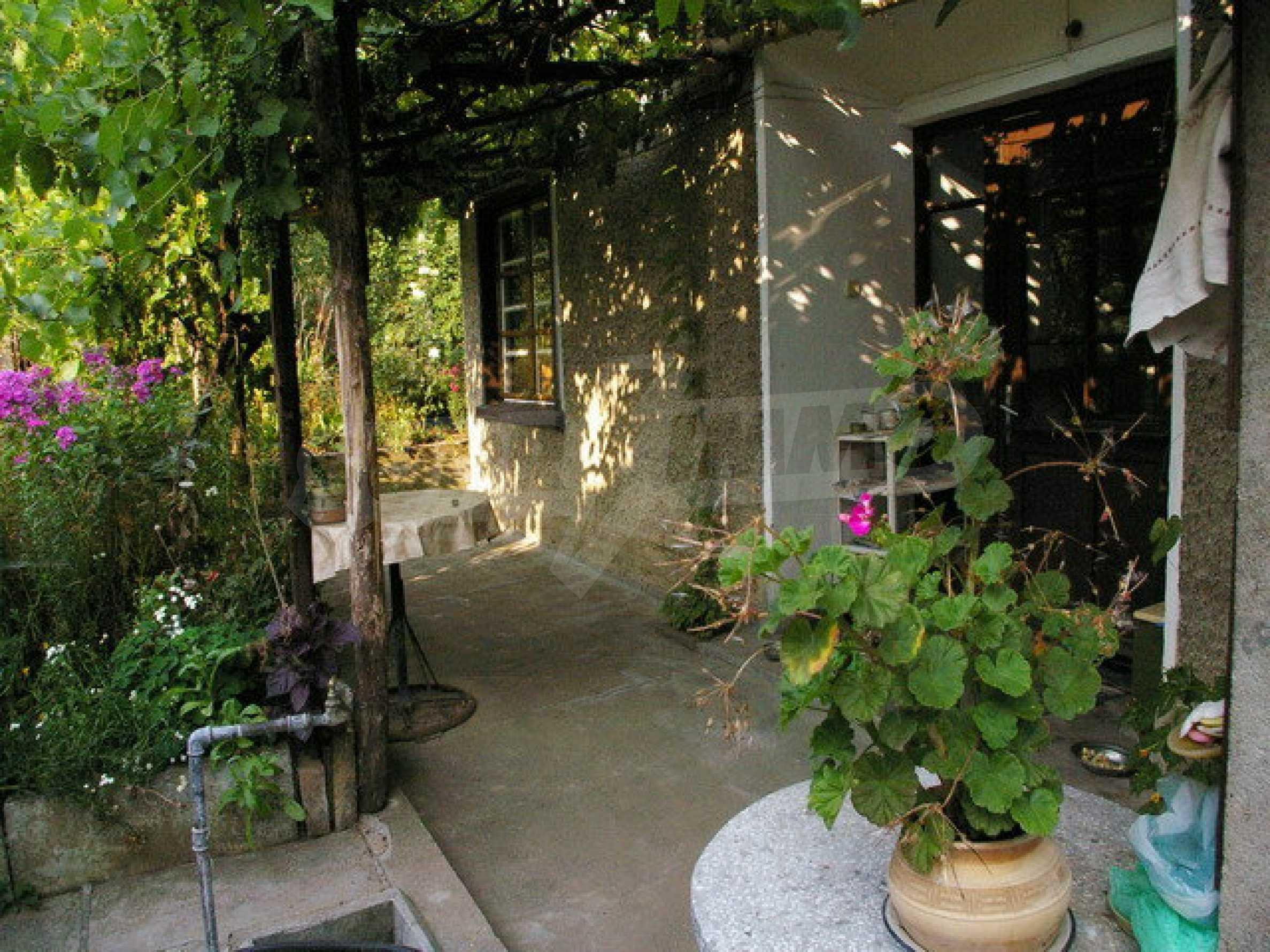 Просторна двуетажна къща в район с красива природа 22