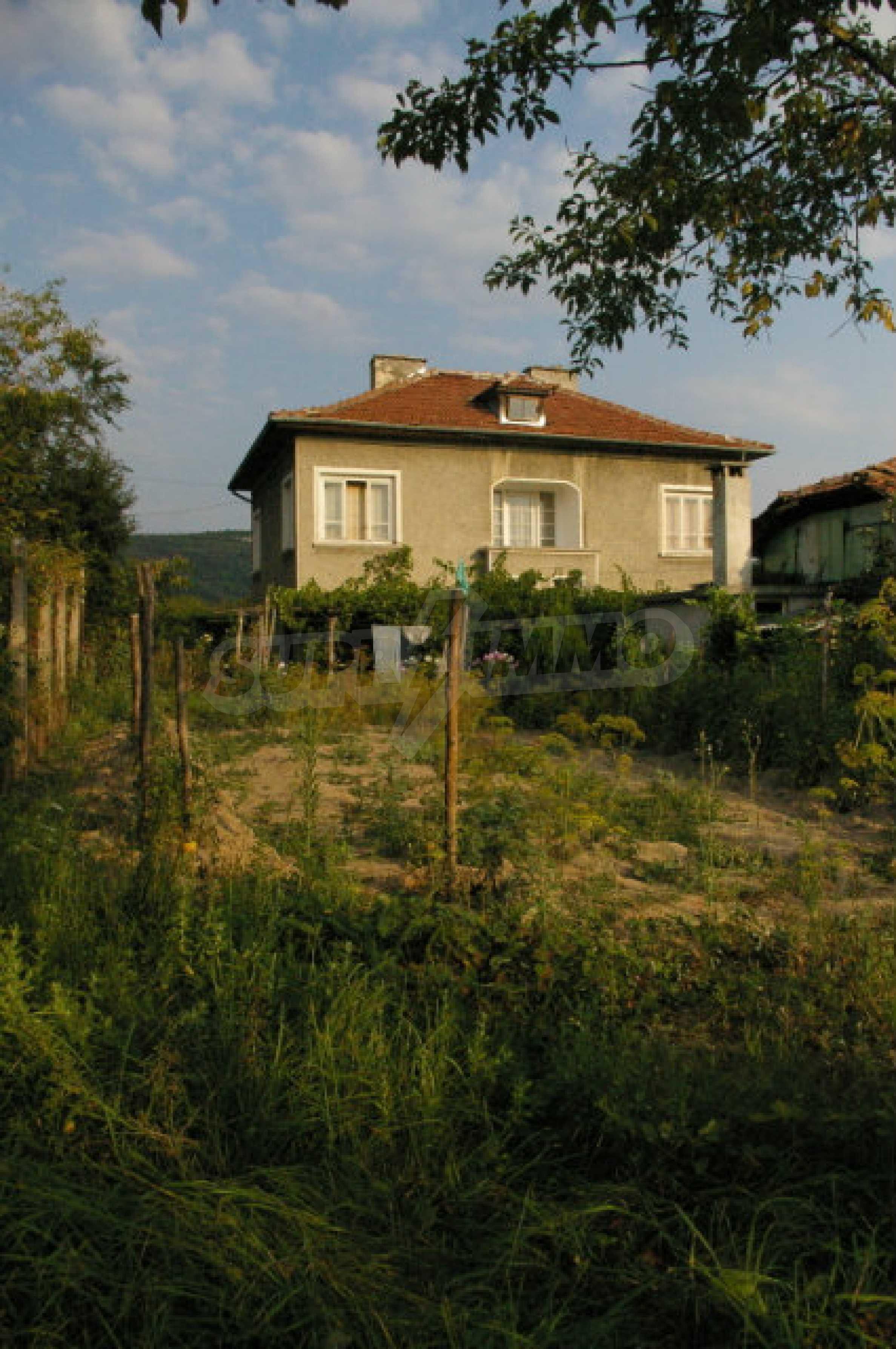 Просторна двуетажна къща в район с красива природа 2