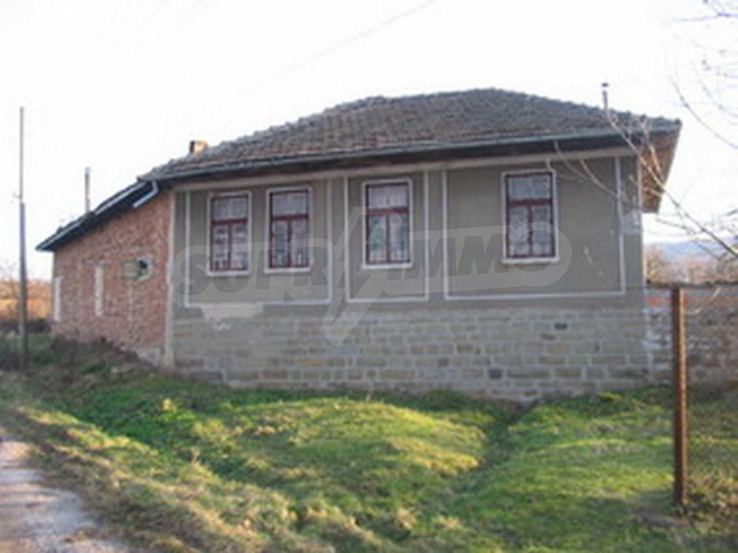 Къща с голям двор в село близо до Велико Търново