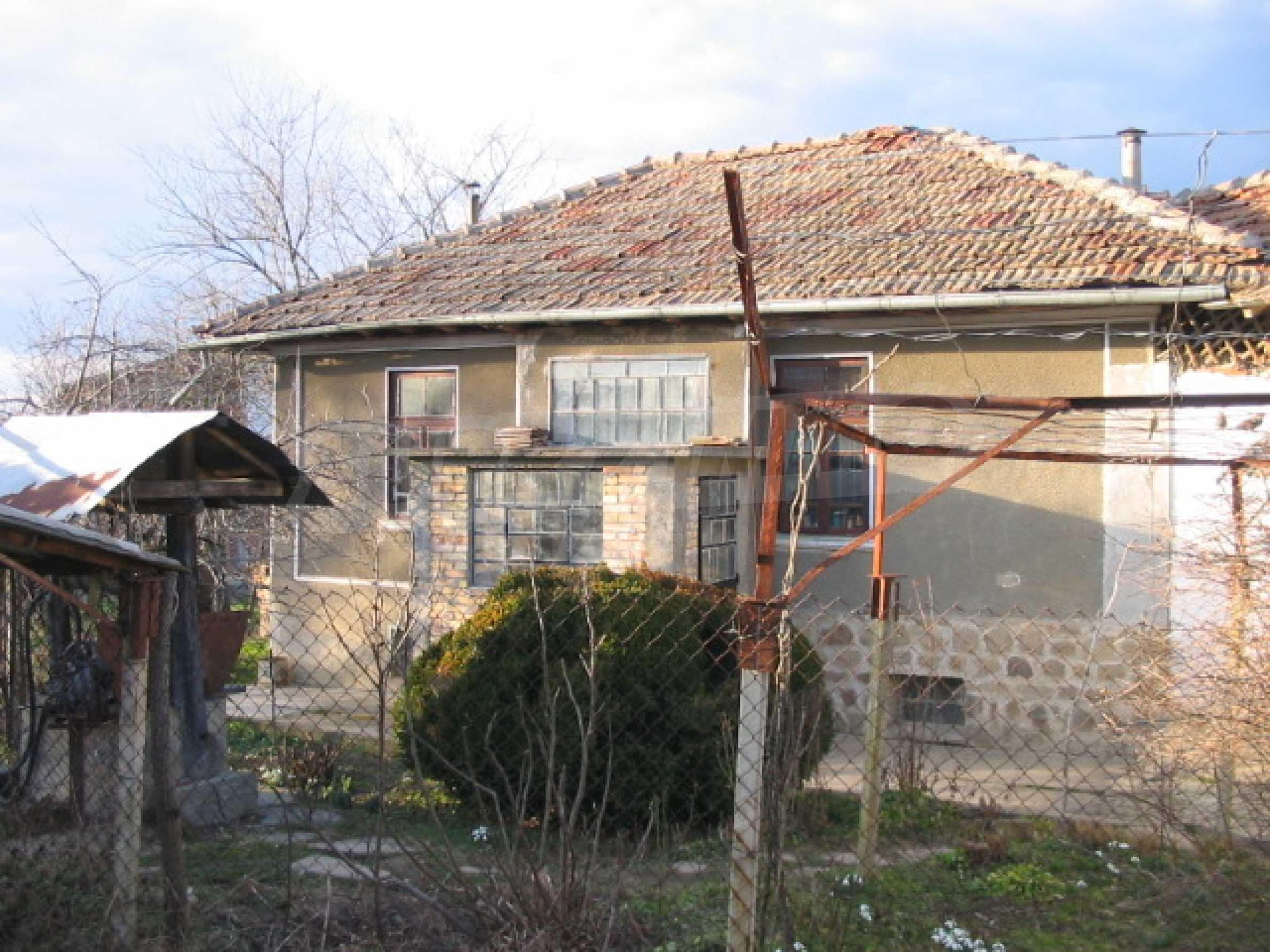 Къща с голям двор в село близо до Велико Търново 1