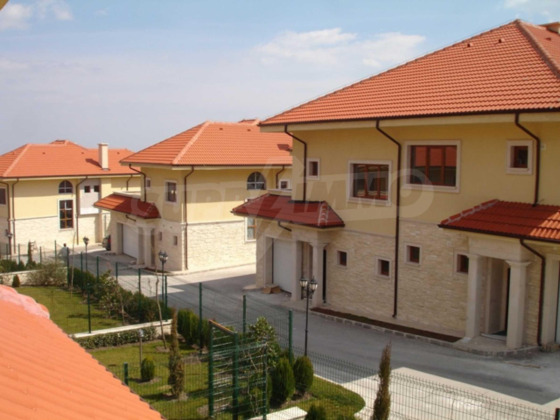Еднофамилни двуетажни къщи в живописна зона между Варна и Златни пясъци
