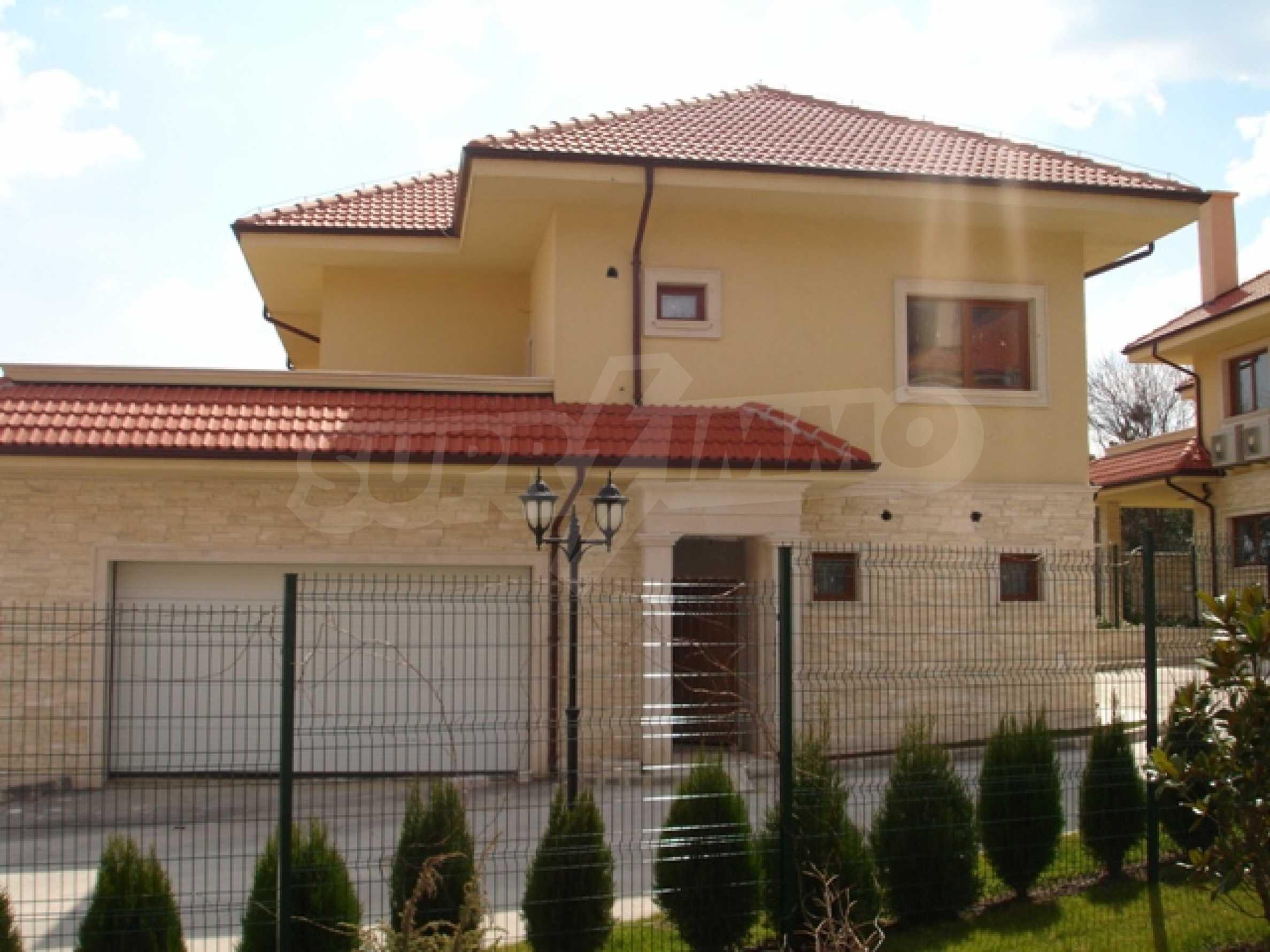 Еднофамилни двуетажни къщи в живописна зона между Варна и Златни пясъци 11