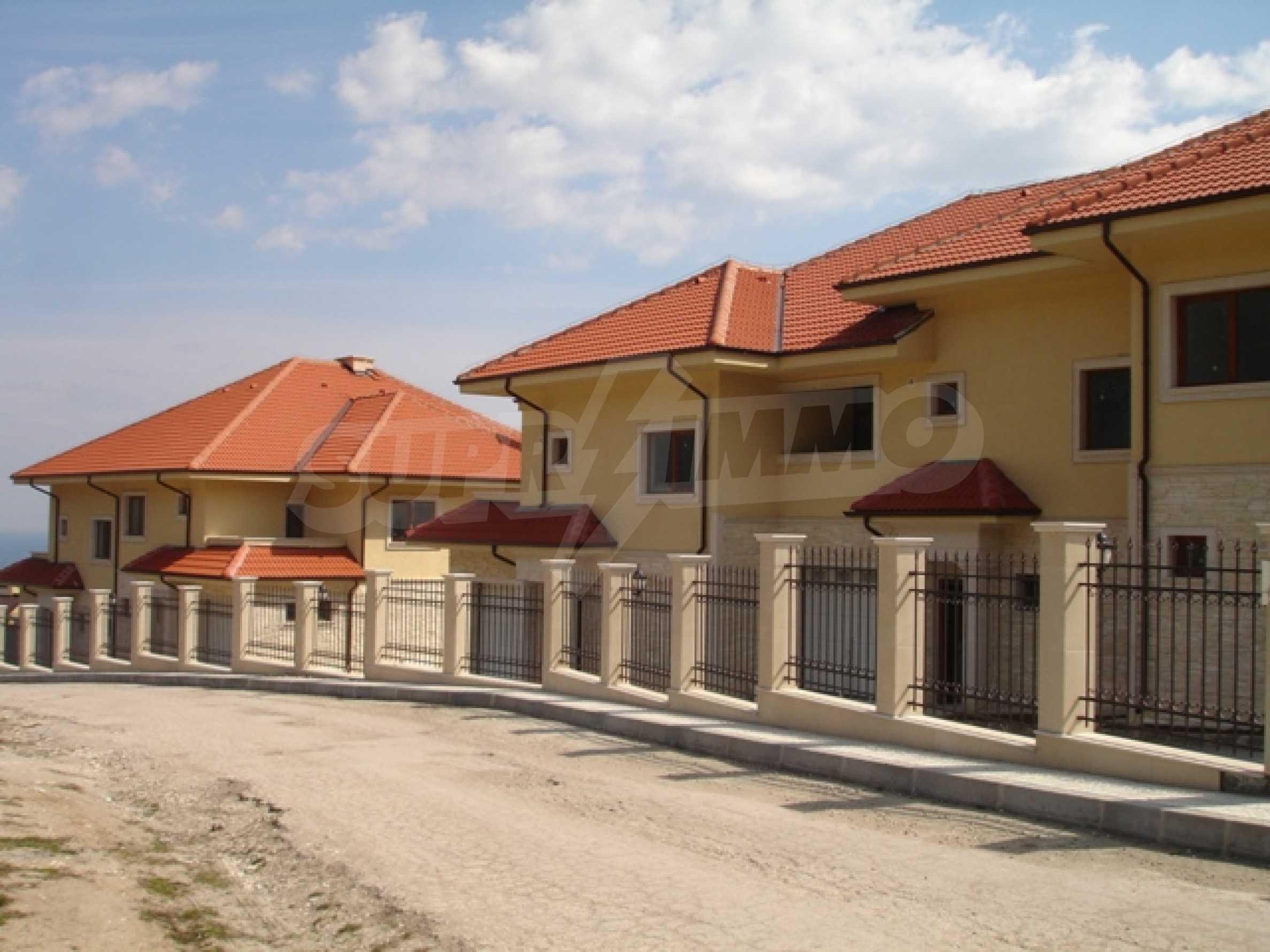 Еднофамилни двуетажни къщи в живописна зона между Варна и Златни пясъци 14