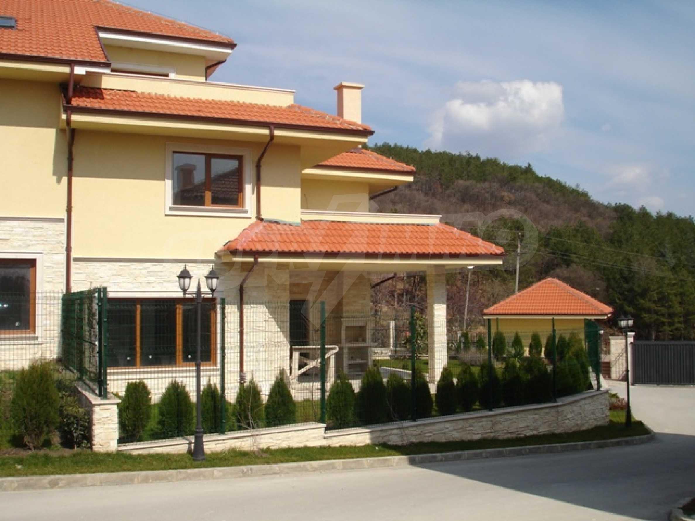 Еднофамилни двуетажни къщи в живописна зона между Варна и Златни пясъци 2