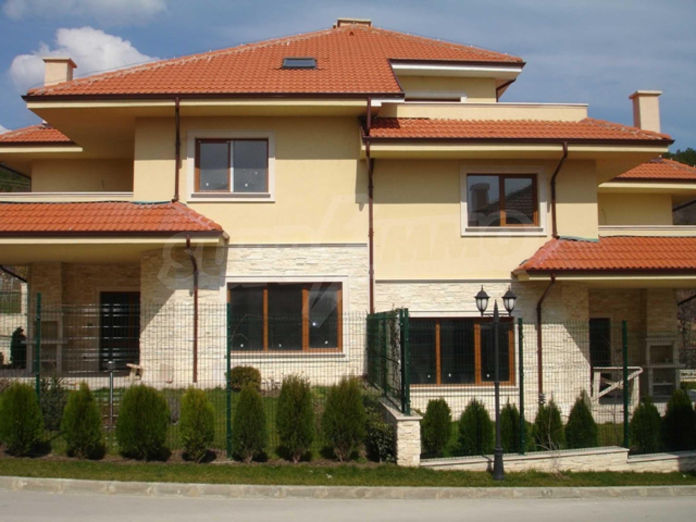 Еднофамилни двуетажни къщи в живописна зона между Варна и Златни пясъци 3