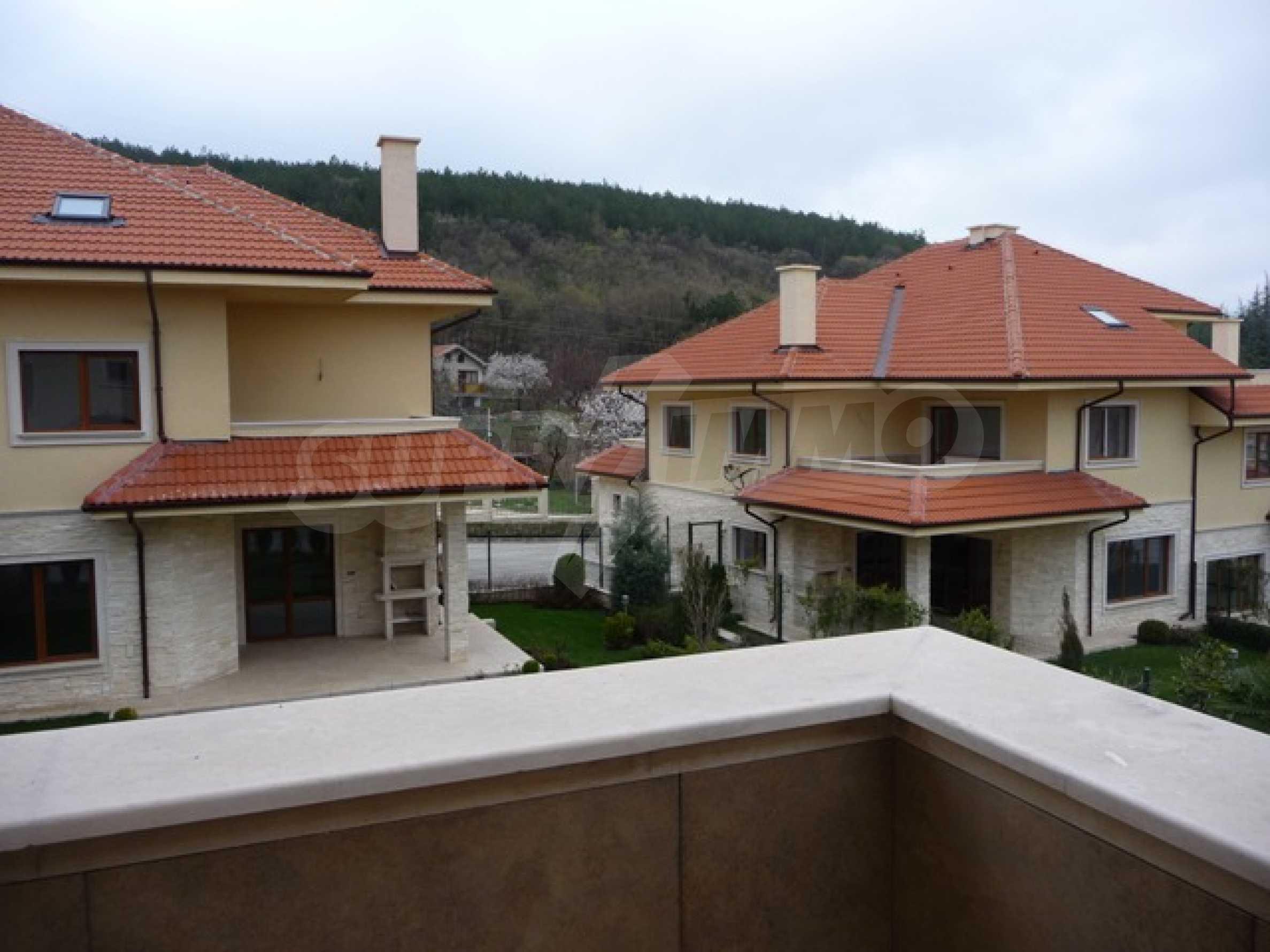 Еднофамилни двуетажни къщи в живописна зона между Варна и Златни пясъци 39
