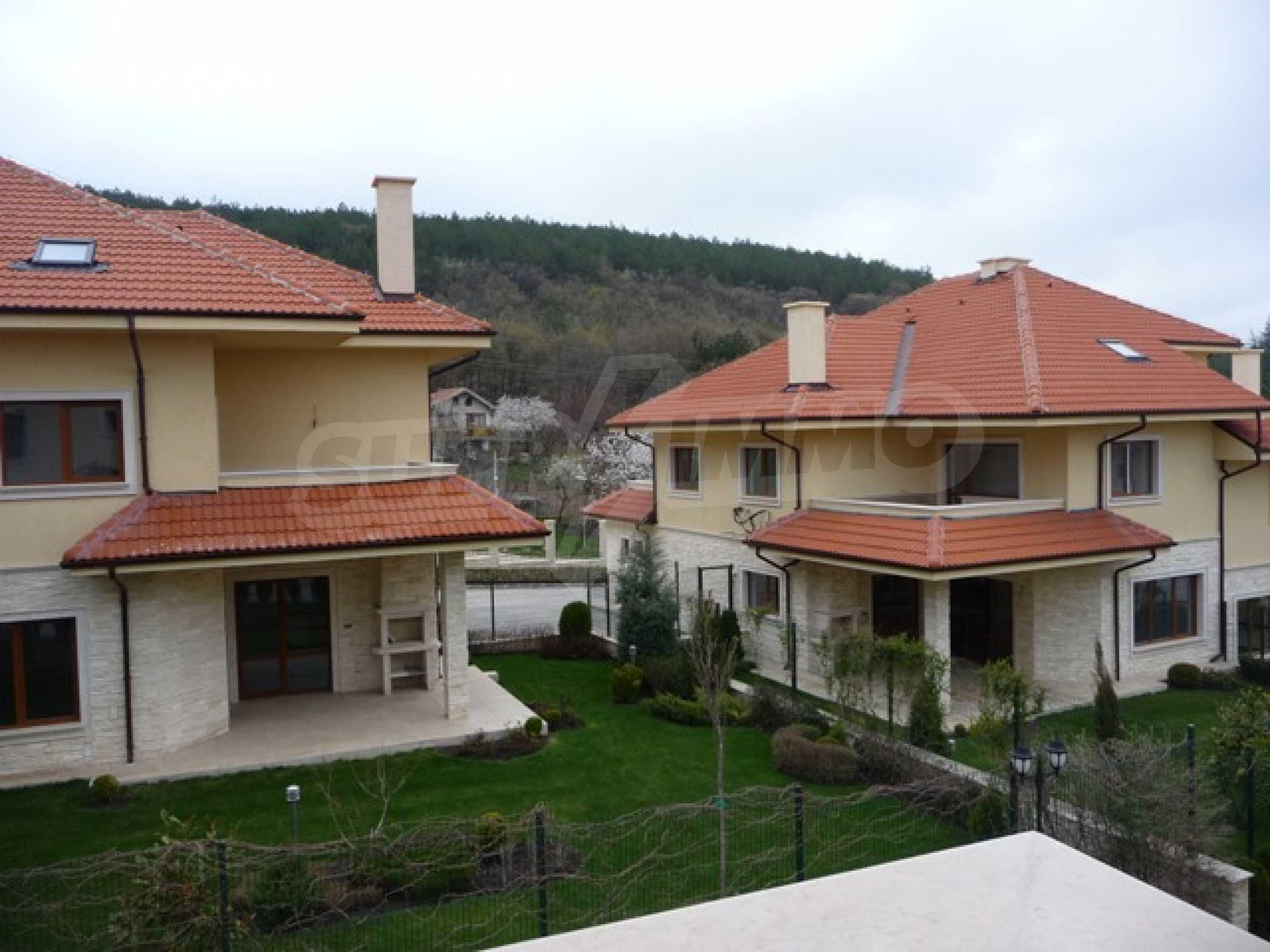 Еднофамилни двуетажни къщи в живописна зона между Варна и Златни пясъци 40