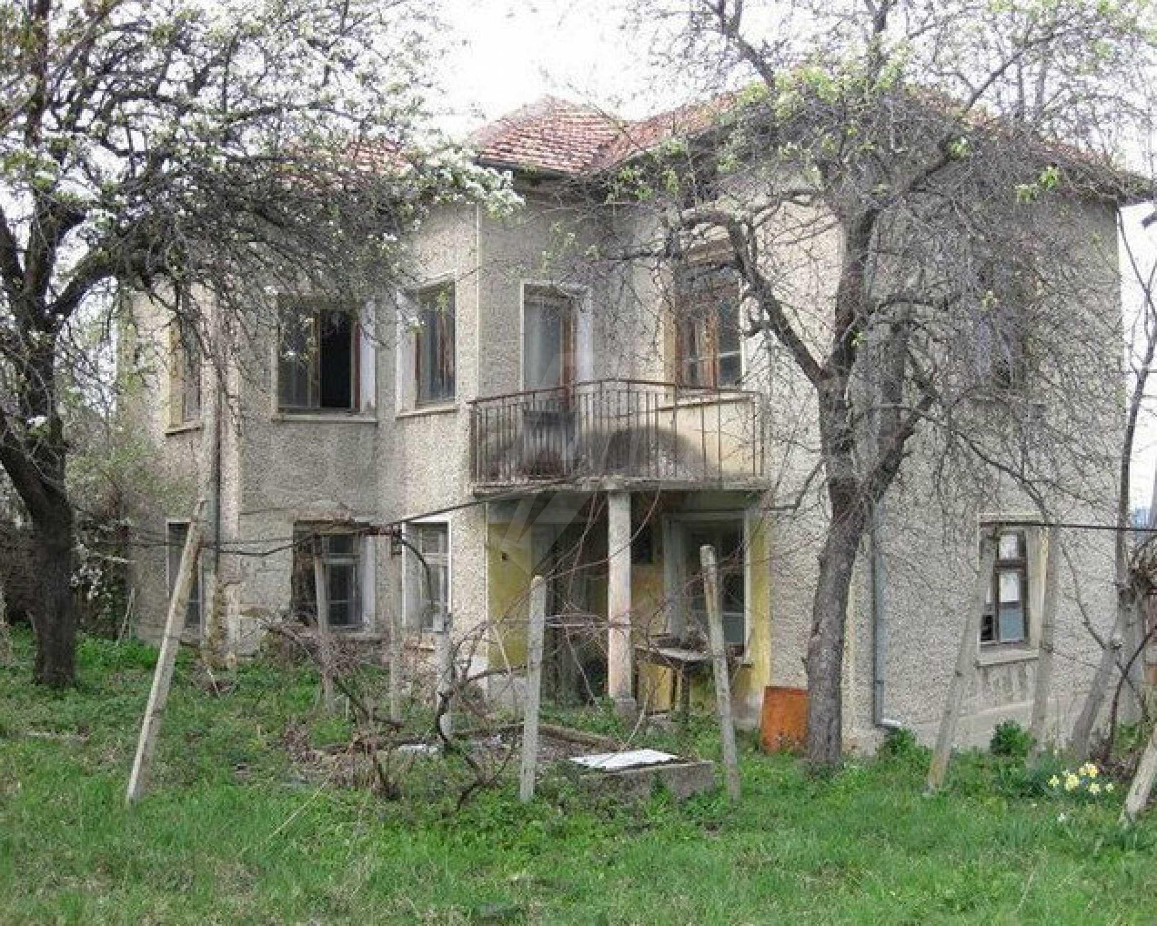 Двуетажна  къща с  голям двор в село на 30 км от В.Търново  8