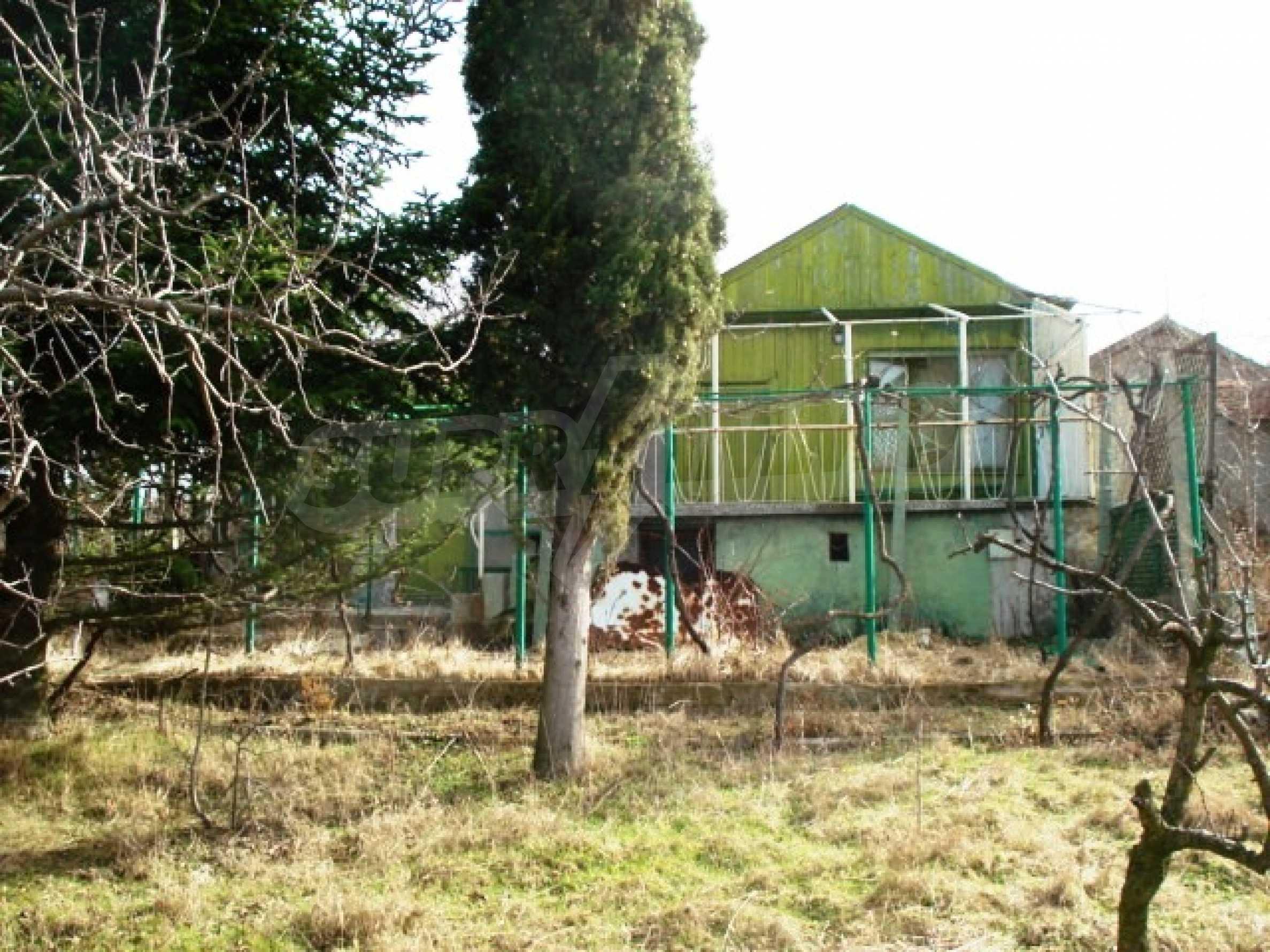 Регулиран парцел с малка къща във Варна