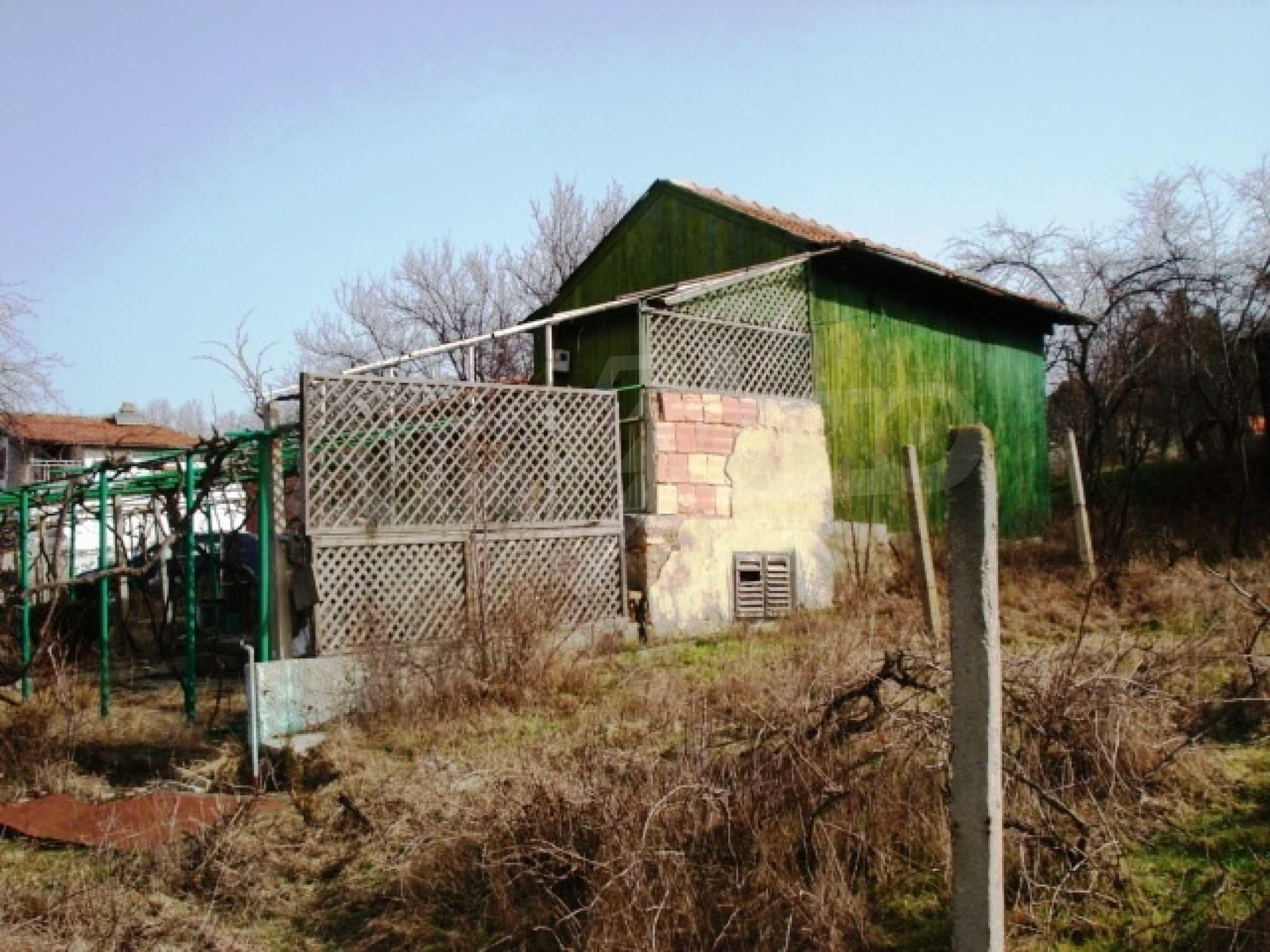 Регулиран парцел с малка къща във Варна   5