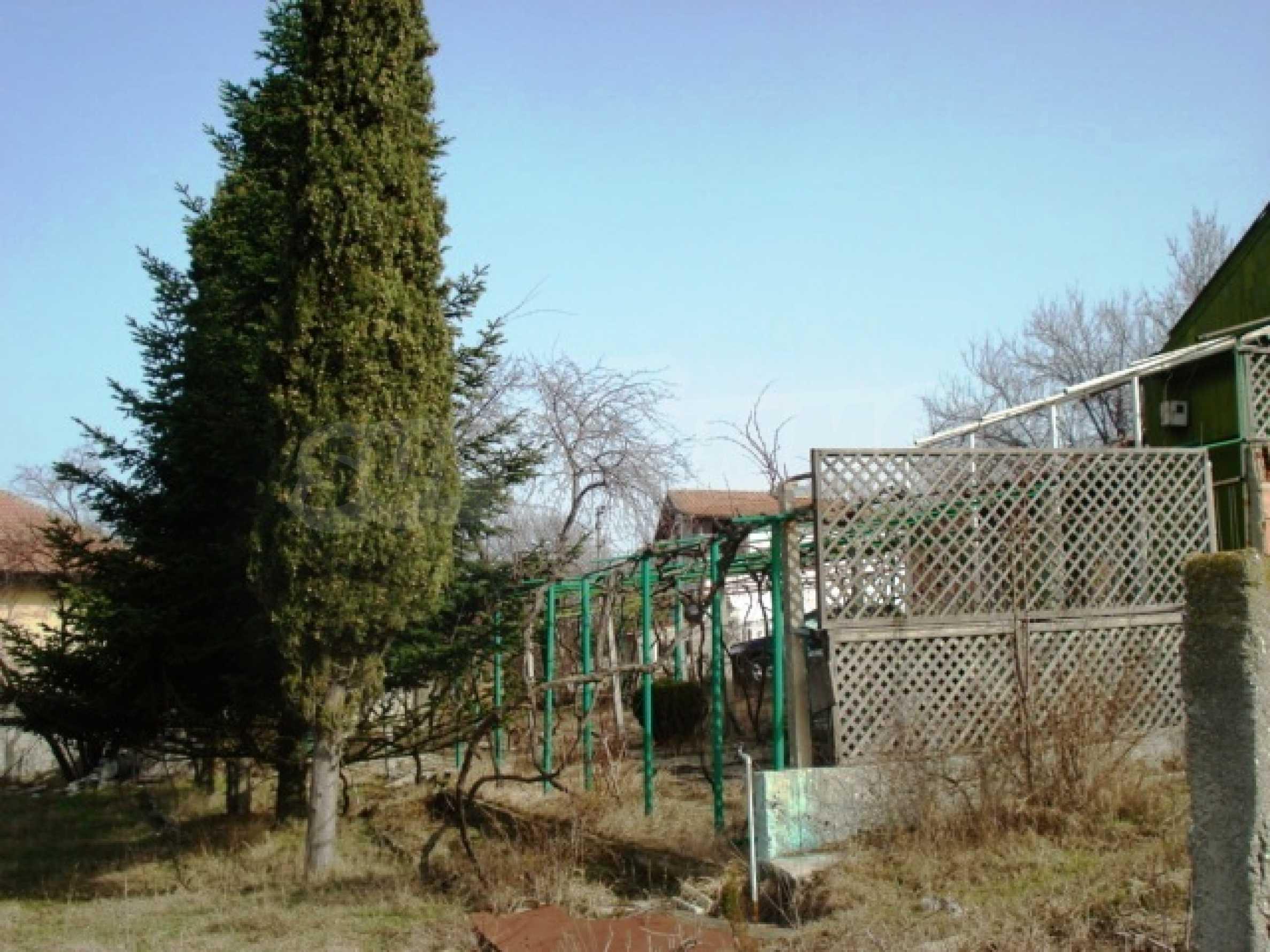 Регулиран парцел с малка къща във Варна   6
