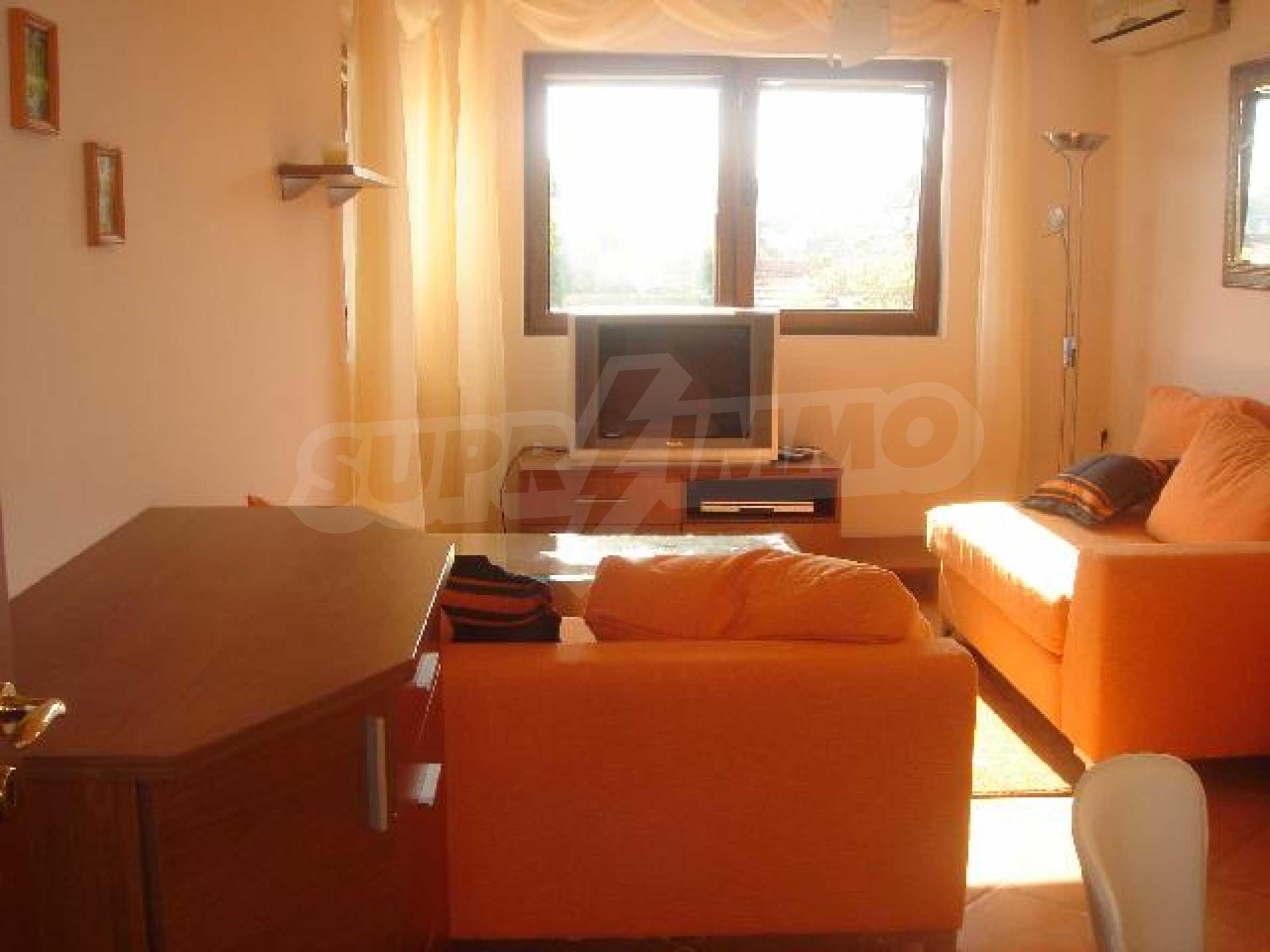 Луксозно обзаведен двустаен апартамент в идеален център 1