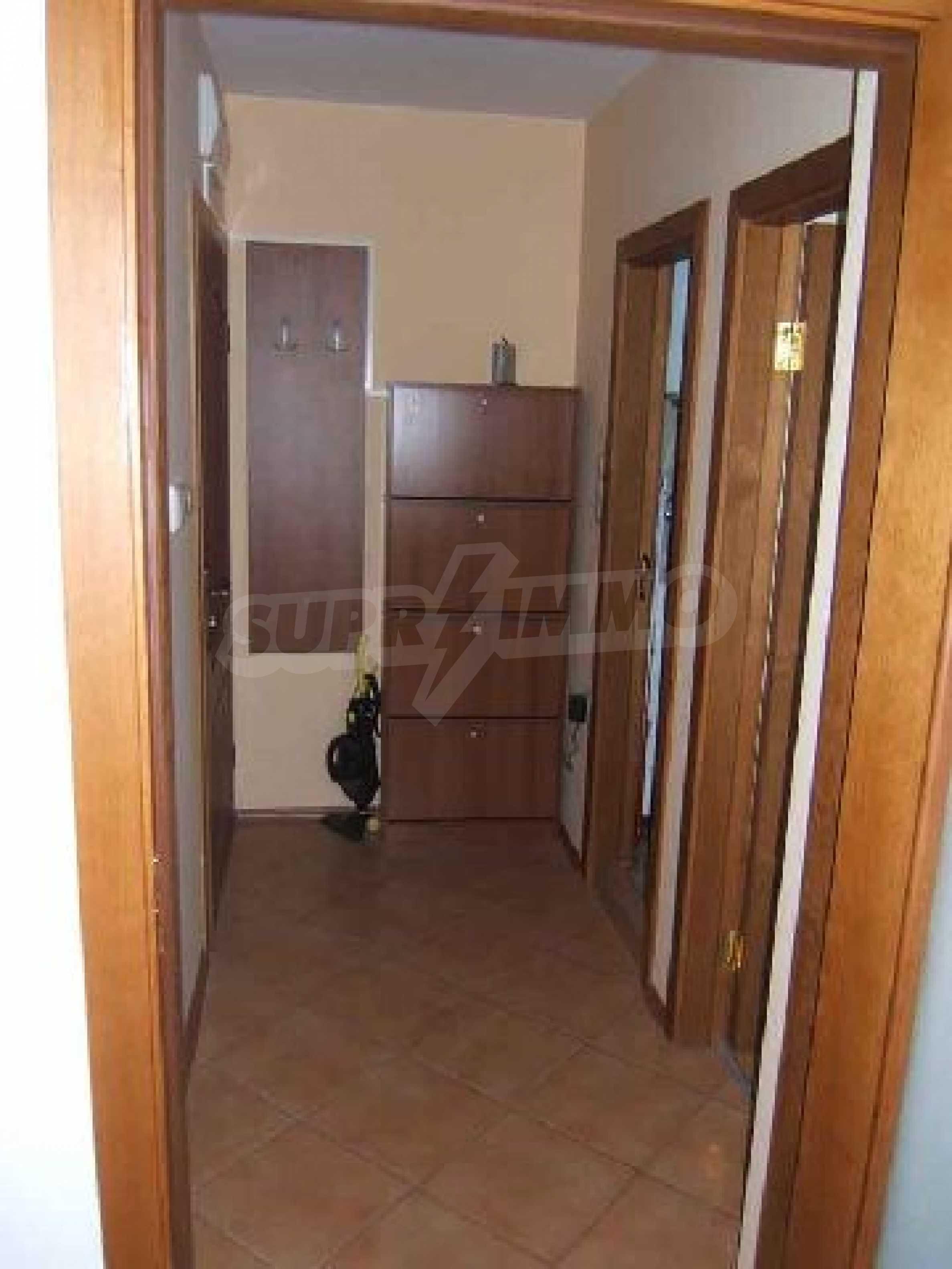 Луксозно обзаведен двустаен апартамент в идеален център 6