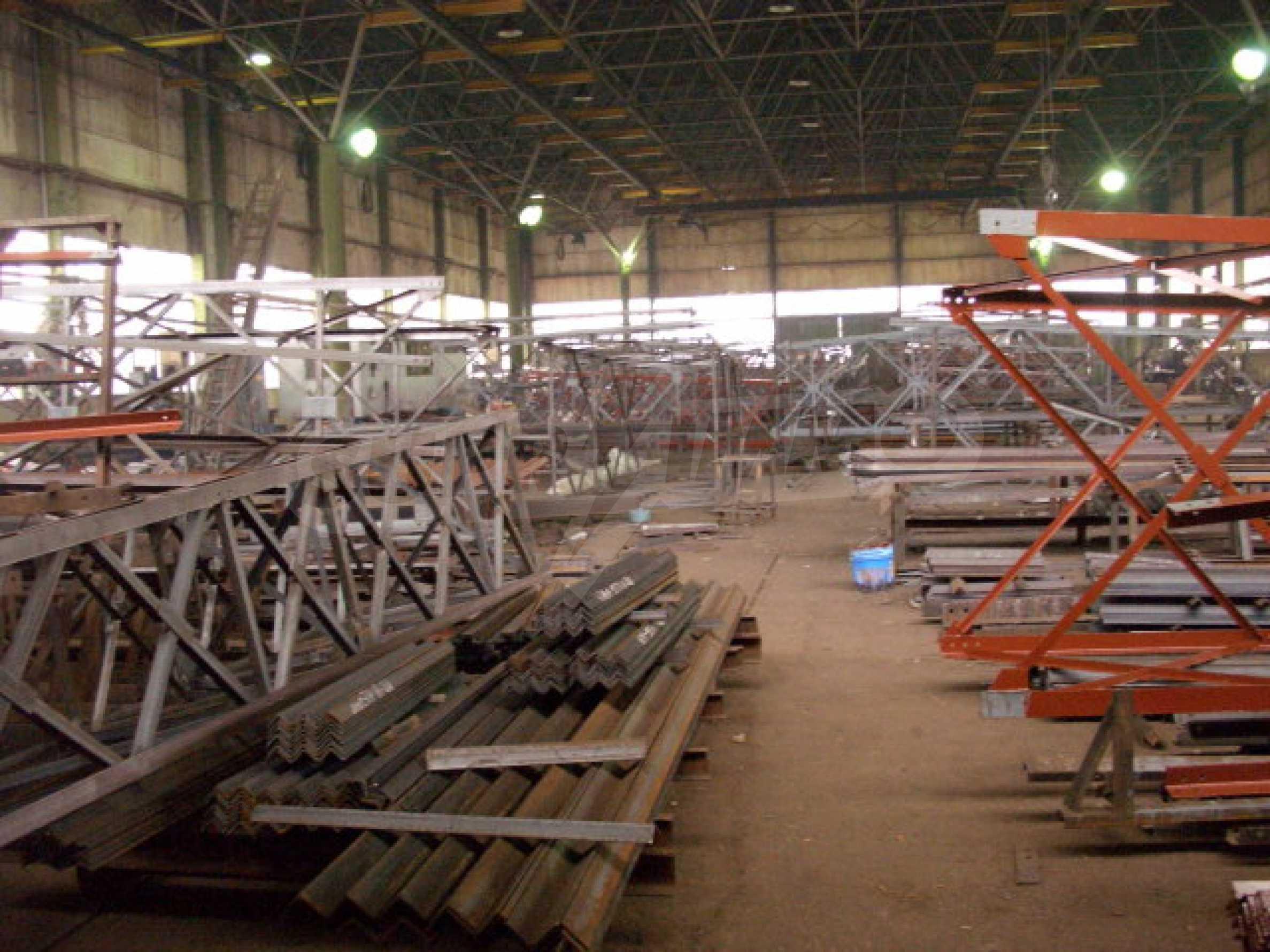 Завод, Промышленное предприятие рядом с   1