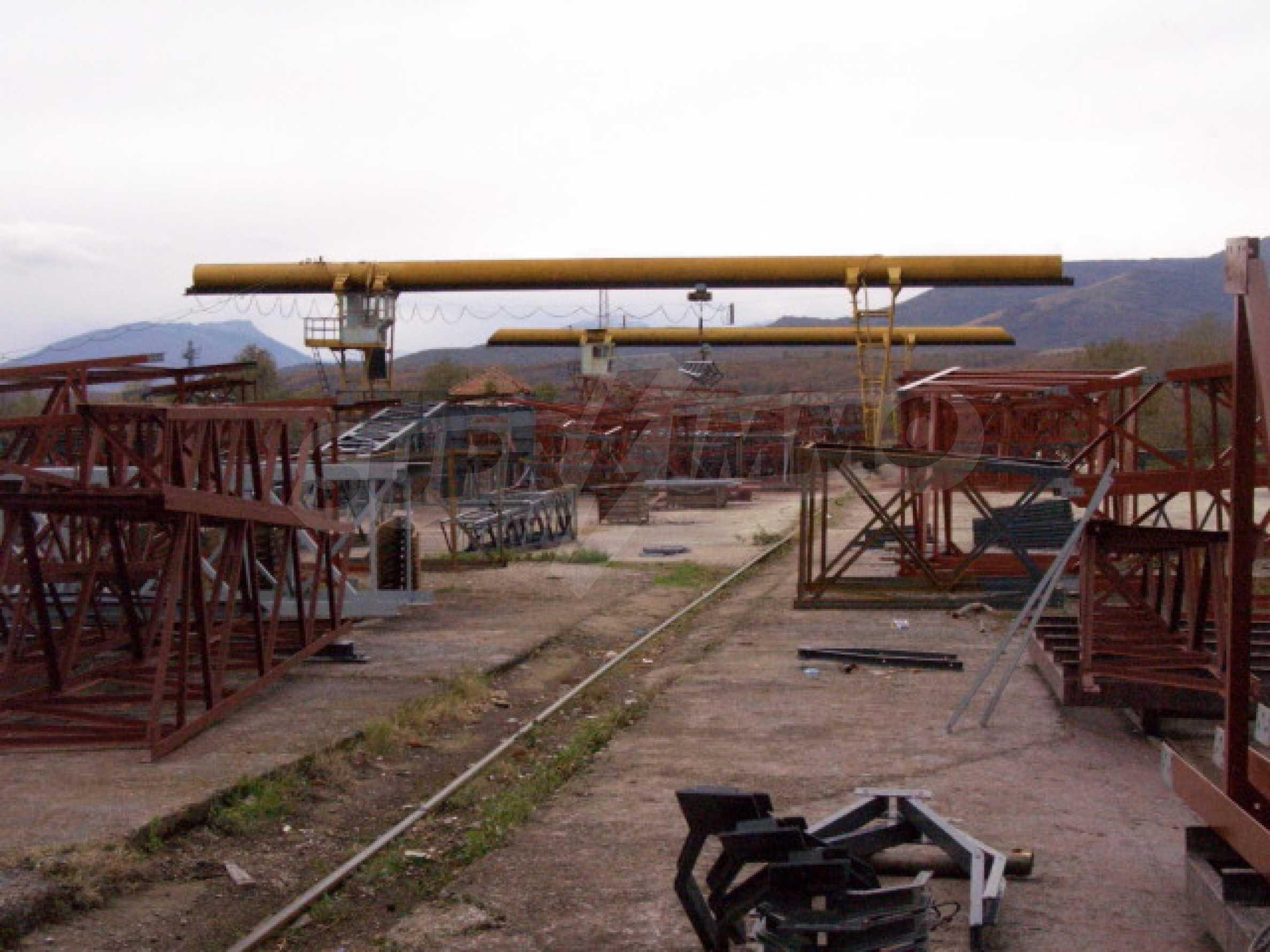 Завод, Промышленное предприятие рядом с   3