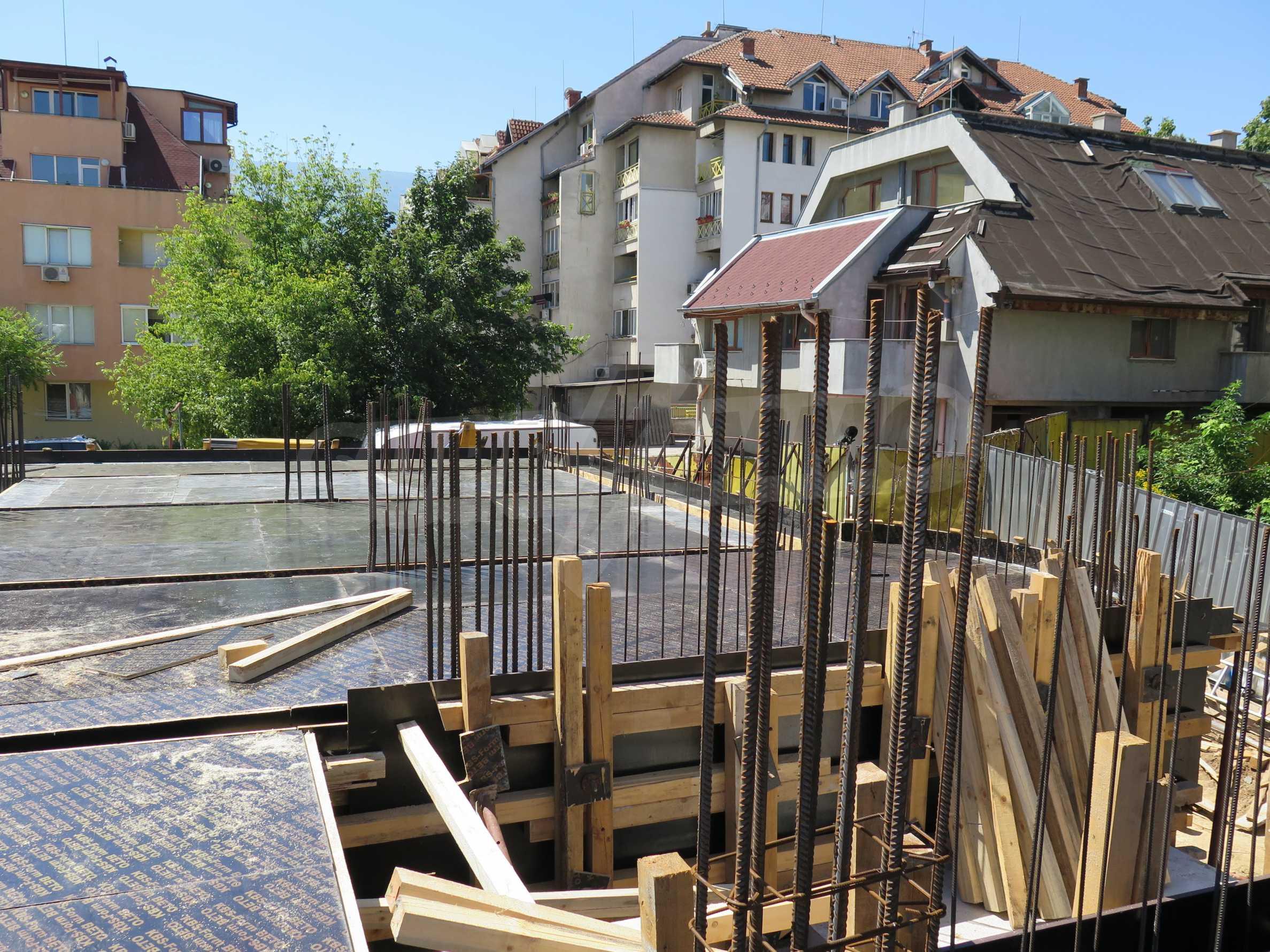 Новострояща се сграда с гаражи в добре развит квартал на София 12