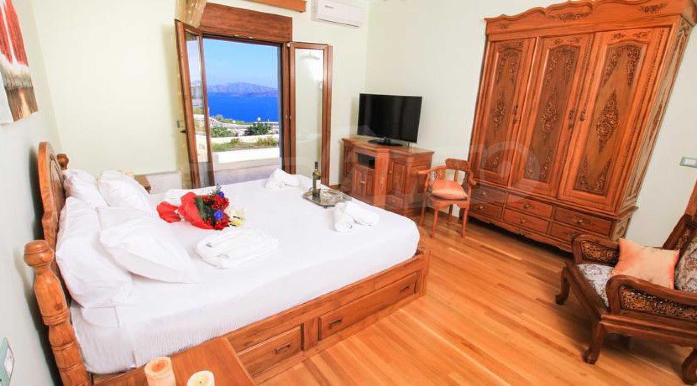 Двуетажна резиденция с открит басейн и изглед към Егейско 11