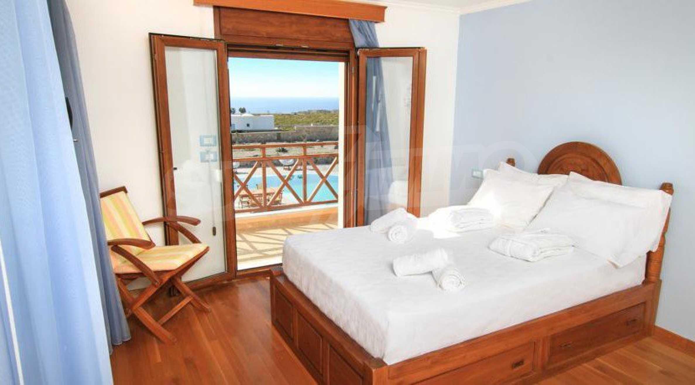 Двуетажна резиденция с открит басейн и изглед към Егейско 12