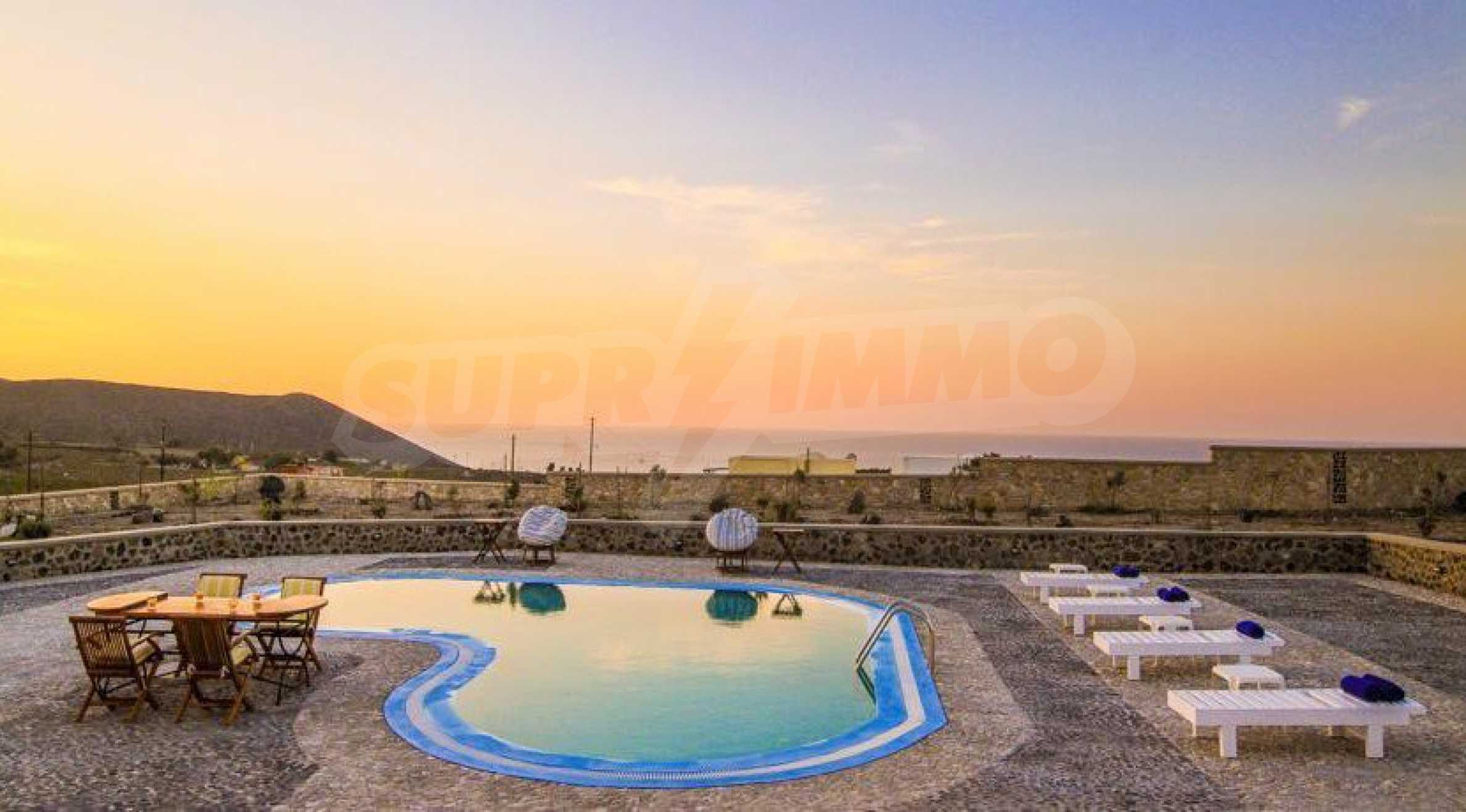 Двуетажна резиденция с открит басейн и изглед към Егейско 17