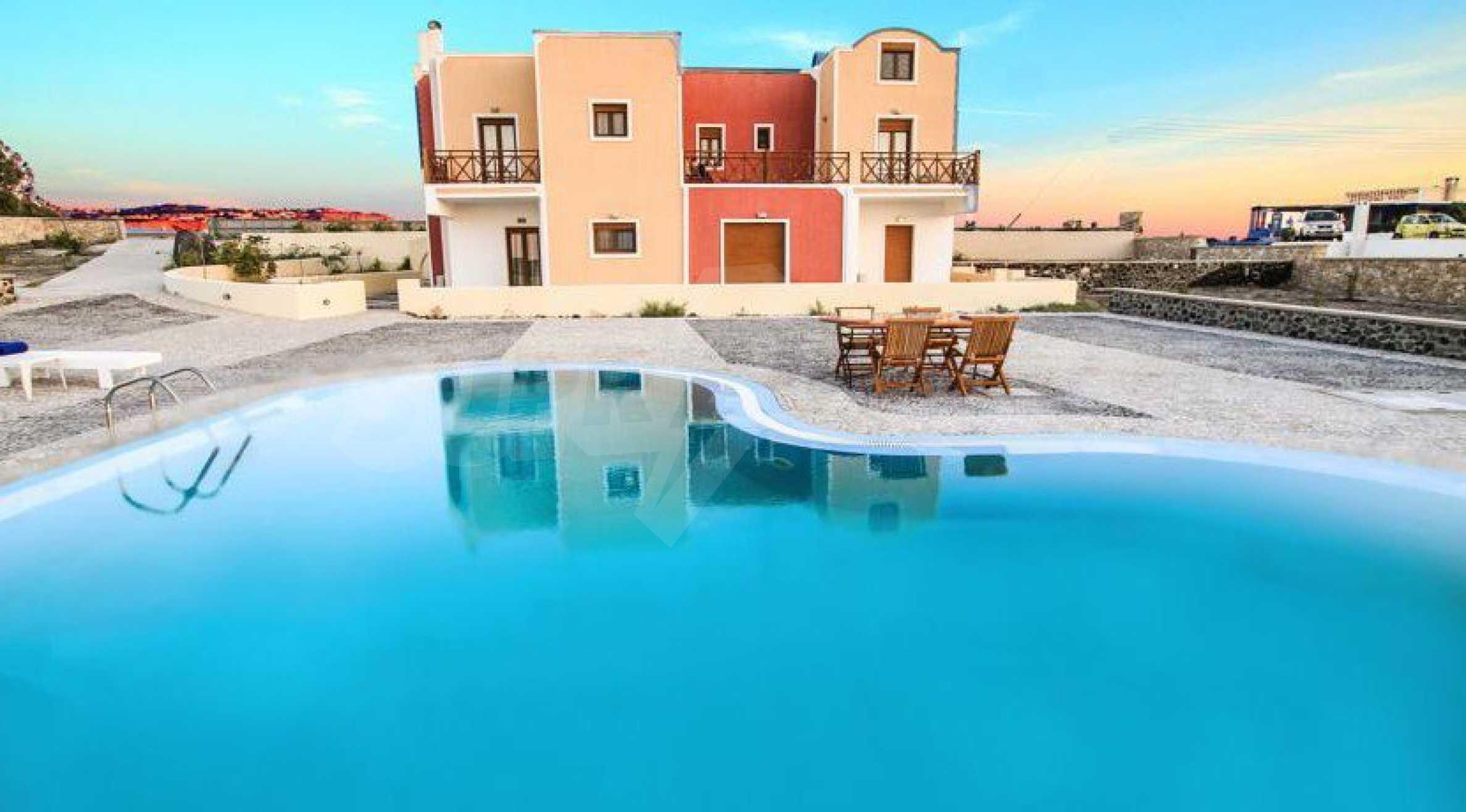 Двуетажна резиденция с открит басейн и изглед към Егейско 1