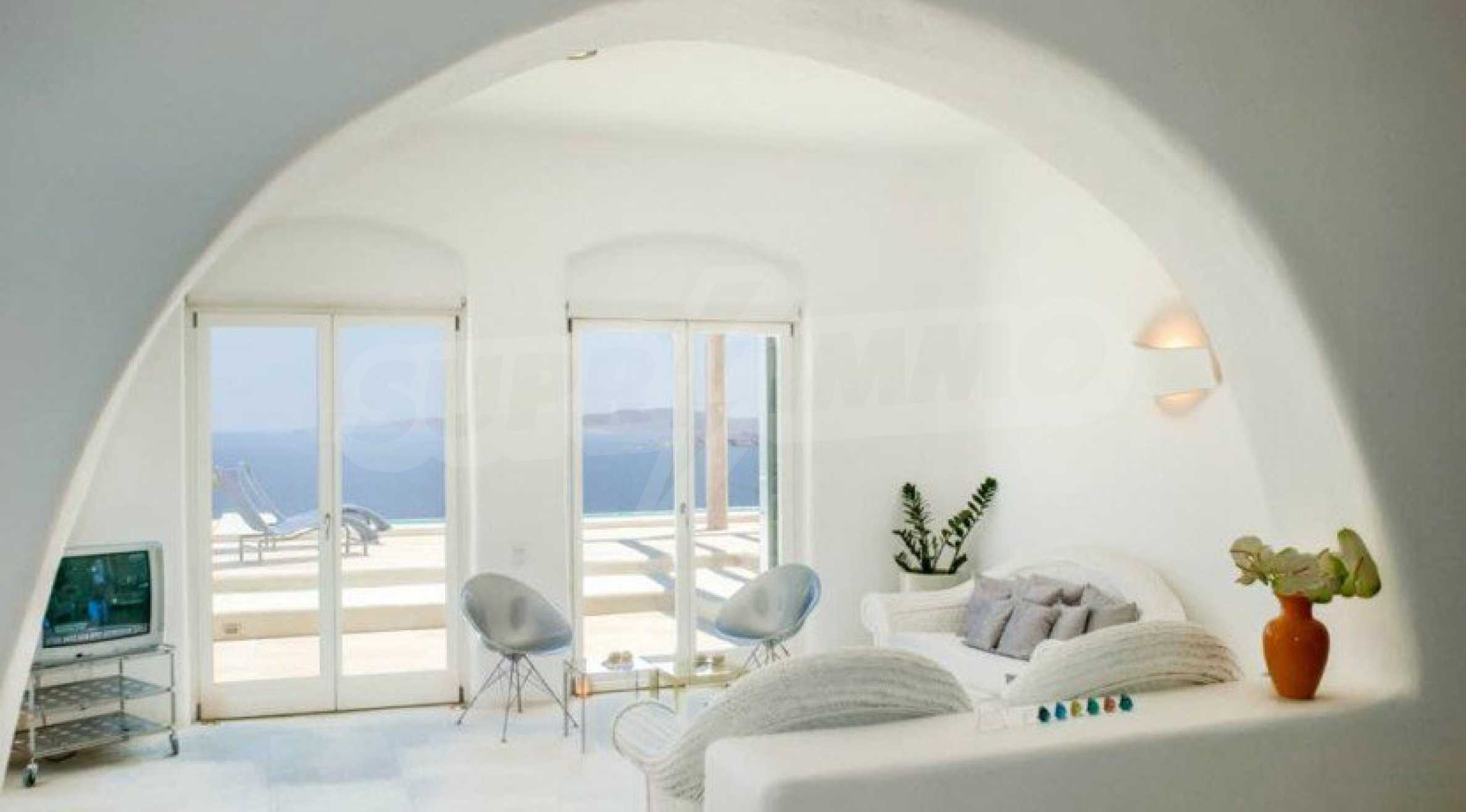Величествена резиденция в Егейско море 20