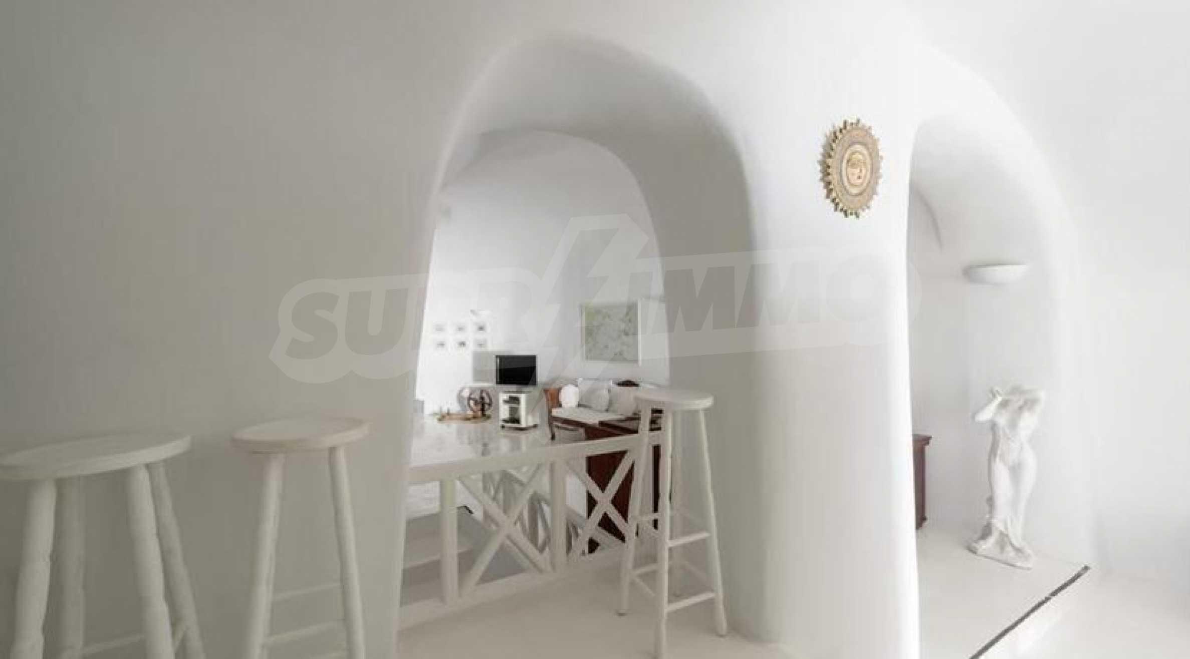 Романтична вила с приказни пейзажни на остров Санторини 8