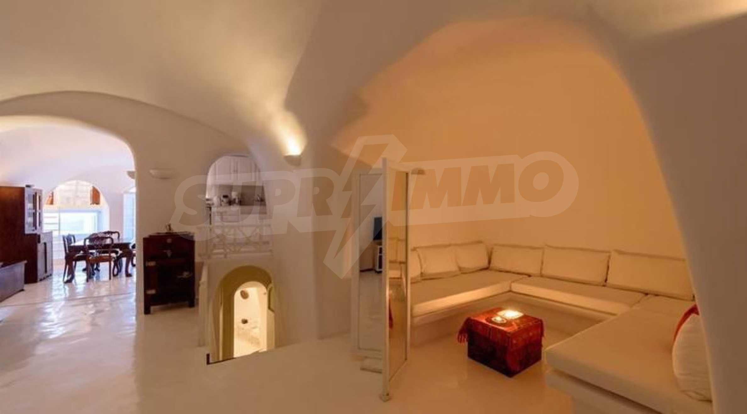 Романтична вила с приказни пейзажни на остров Санторини 13