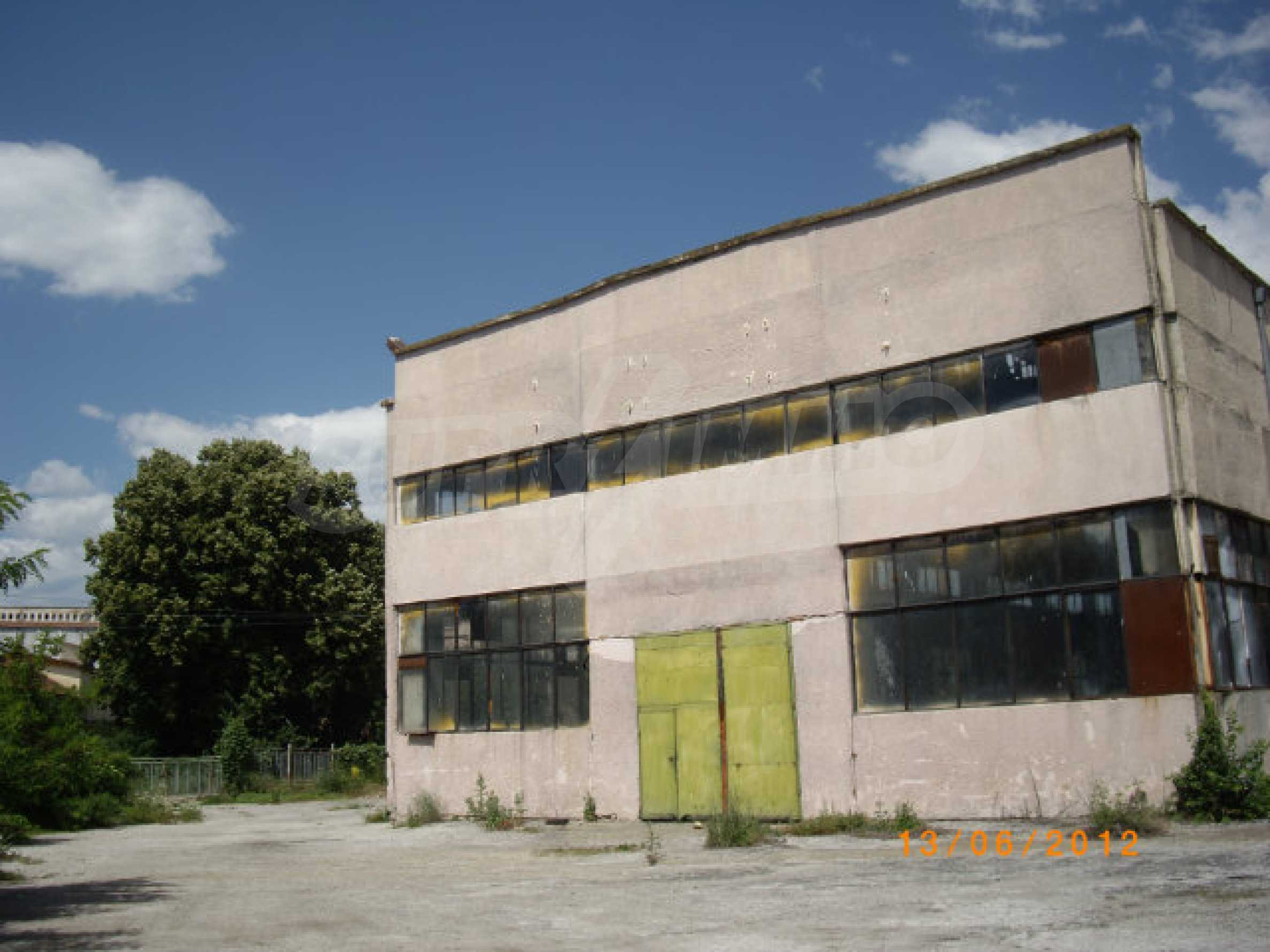 Industrial property with workshop and administrative building near Montana 25