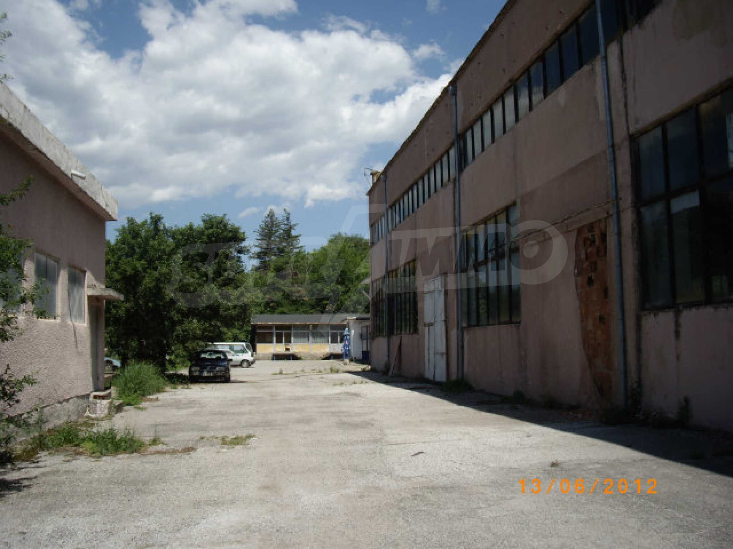 Industrial property with workshop and administrative building near Montana 26