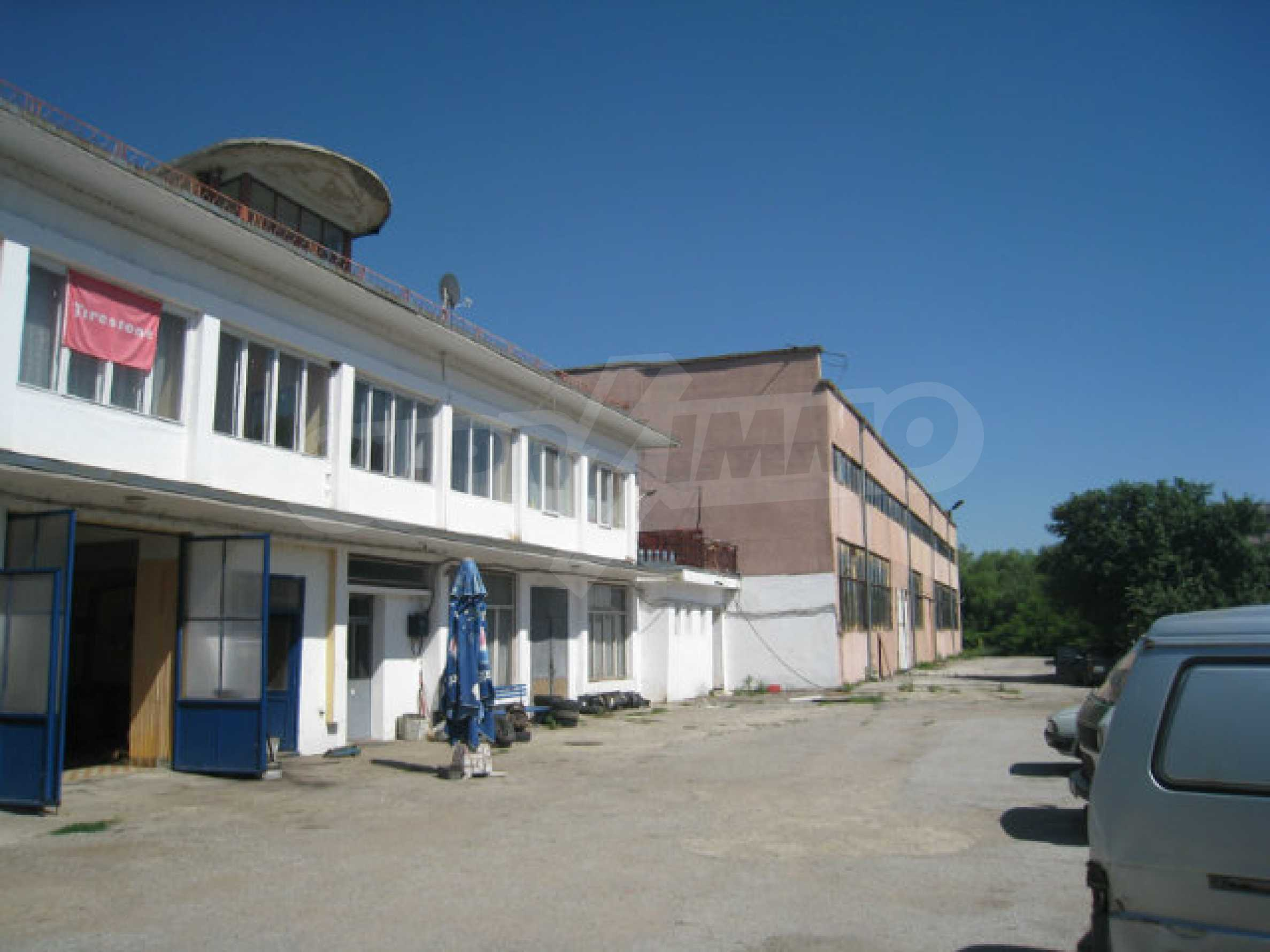 Industrial property with workshop and administrative building near Montana 2