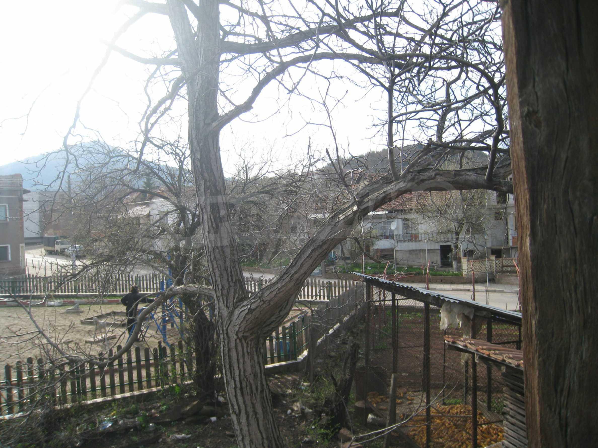 Ein Haus mit einem Garten im Zentrum eines entwickelten Dorfes in der Nähe von Montana 23