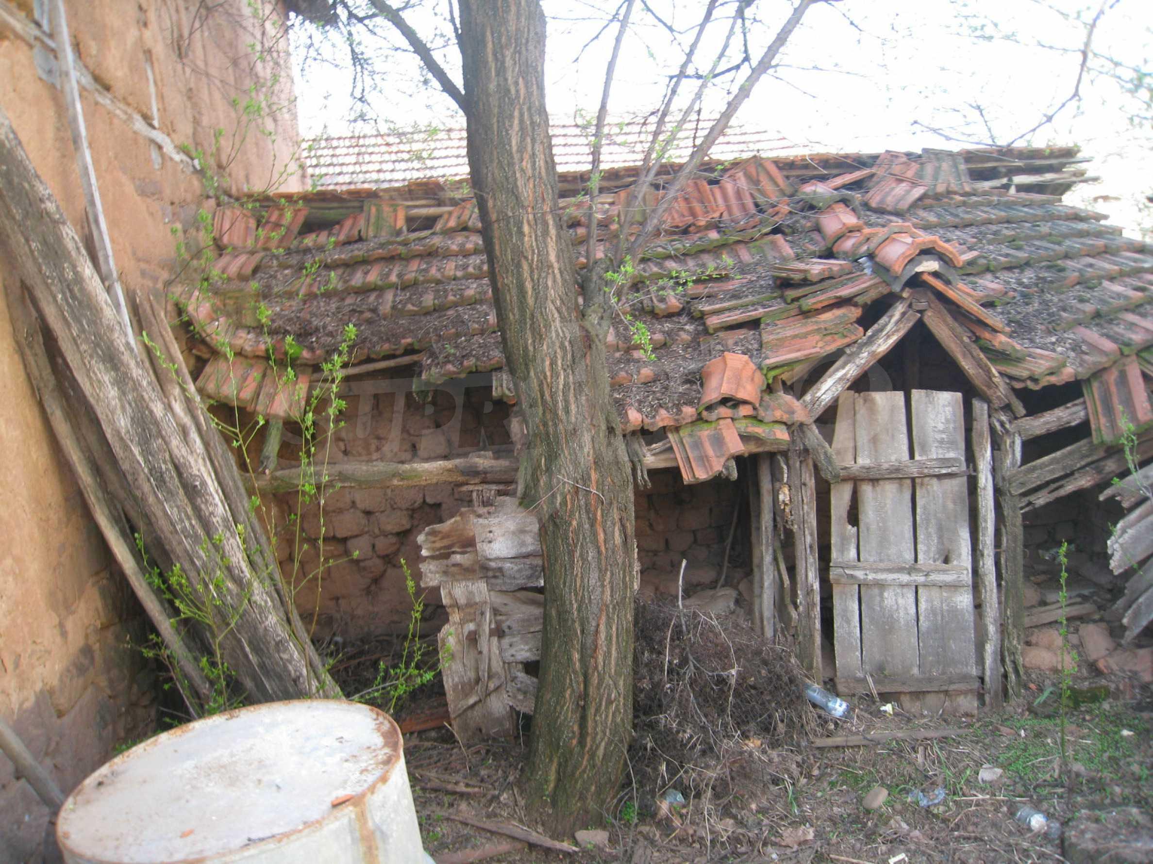 Ein Haus mit einem Garten im Zentrum eines entwickelten Dorfes in der Nähe von Montana 25