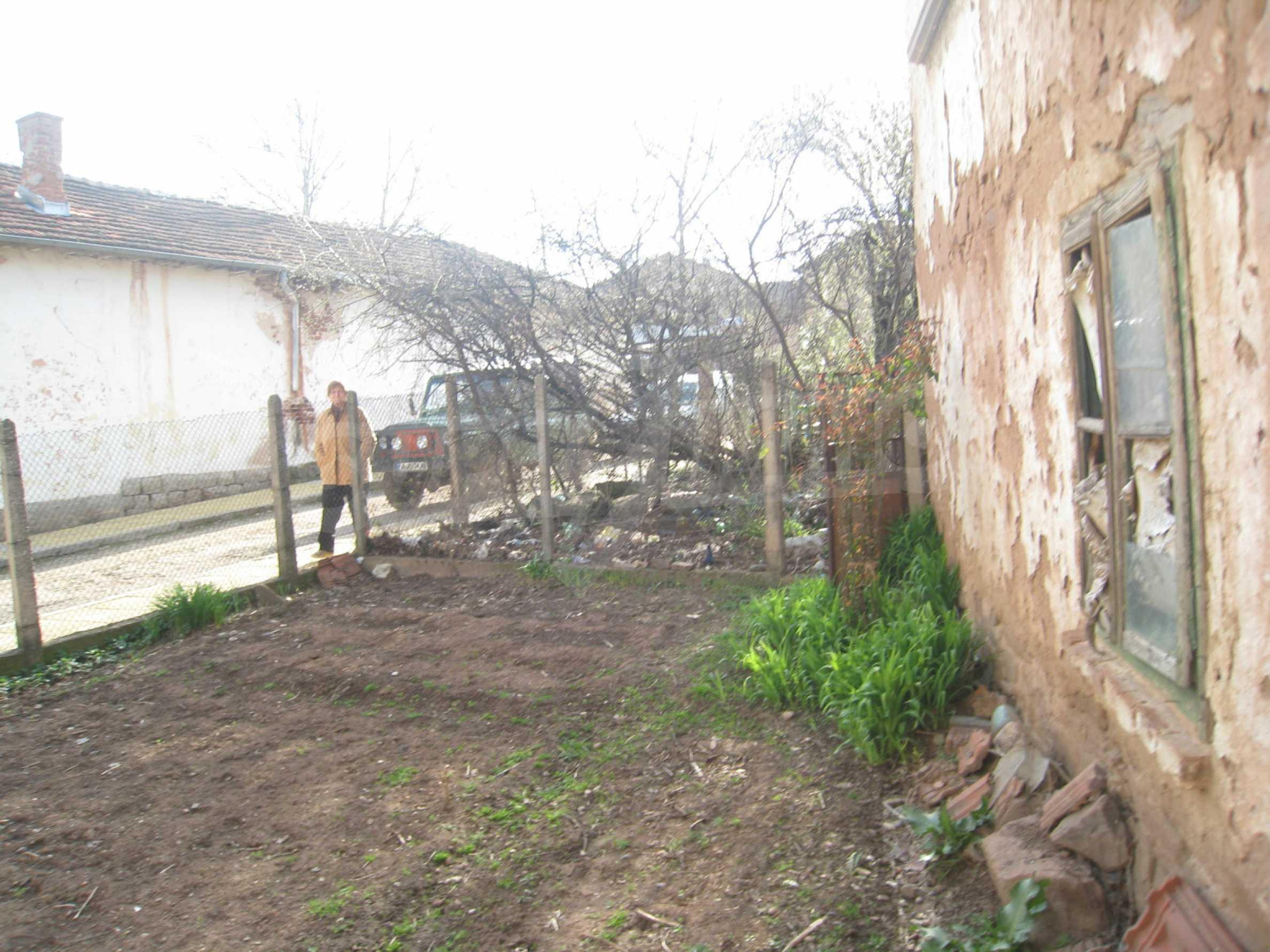 Ein Haus mit einem Garten im Zentrum eines entwickelten Dorfes in der Nähe von Montana 26