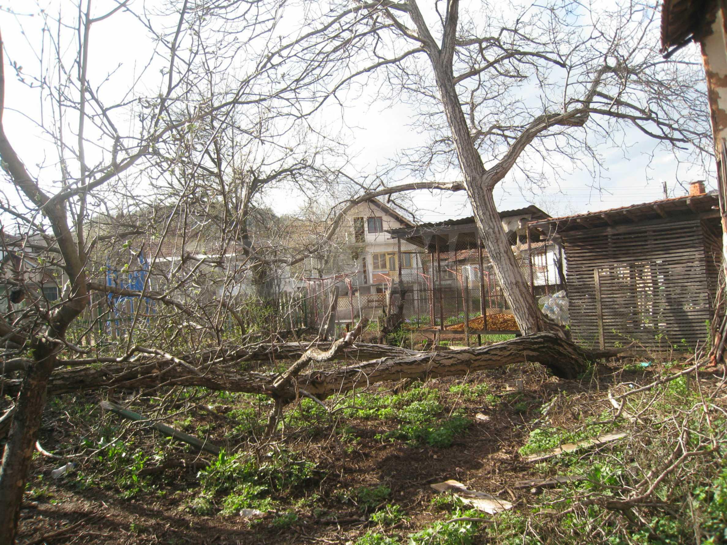 Ein Haus mit einem Garten im Zentrum eines entwickelten Dorfes in der Nähe von Montana 27
