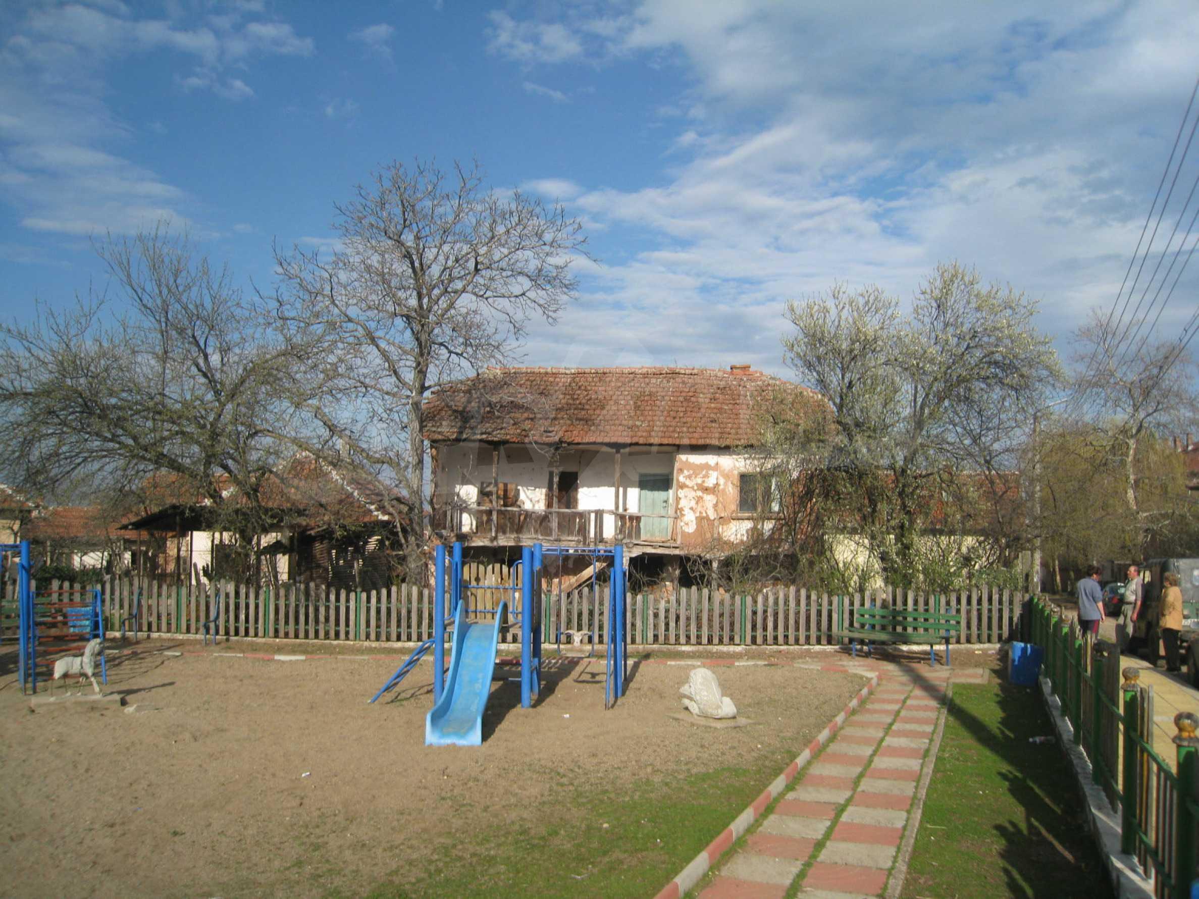 Ein Haus mit einem Garten im Zentrum eines entwickelten Dorfes in der Nähe von Montana 32