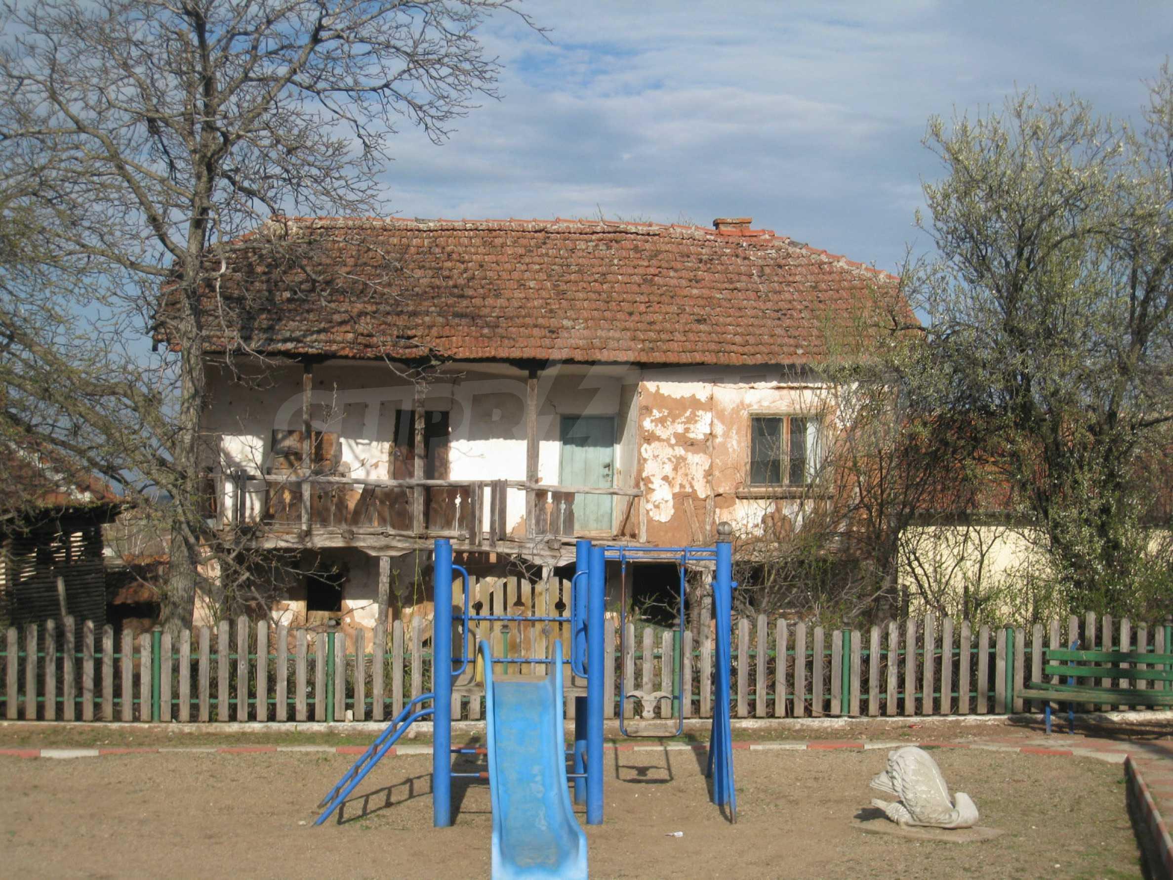 Ein Haus mit einem Garten im Zentrum eines entwickelten Dorfes in der Nähe von Montana 33