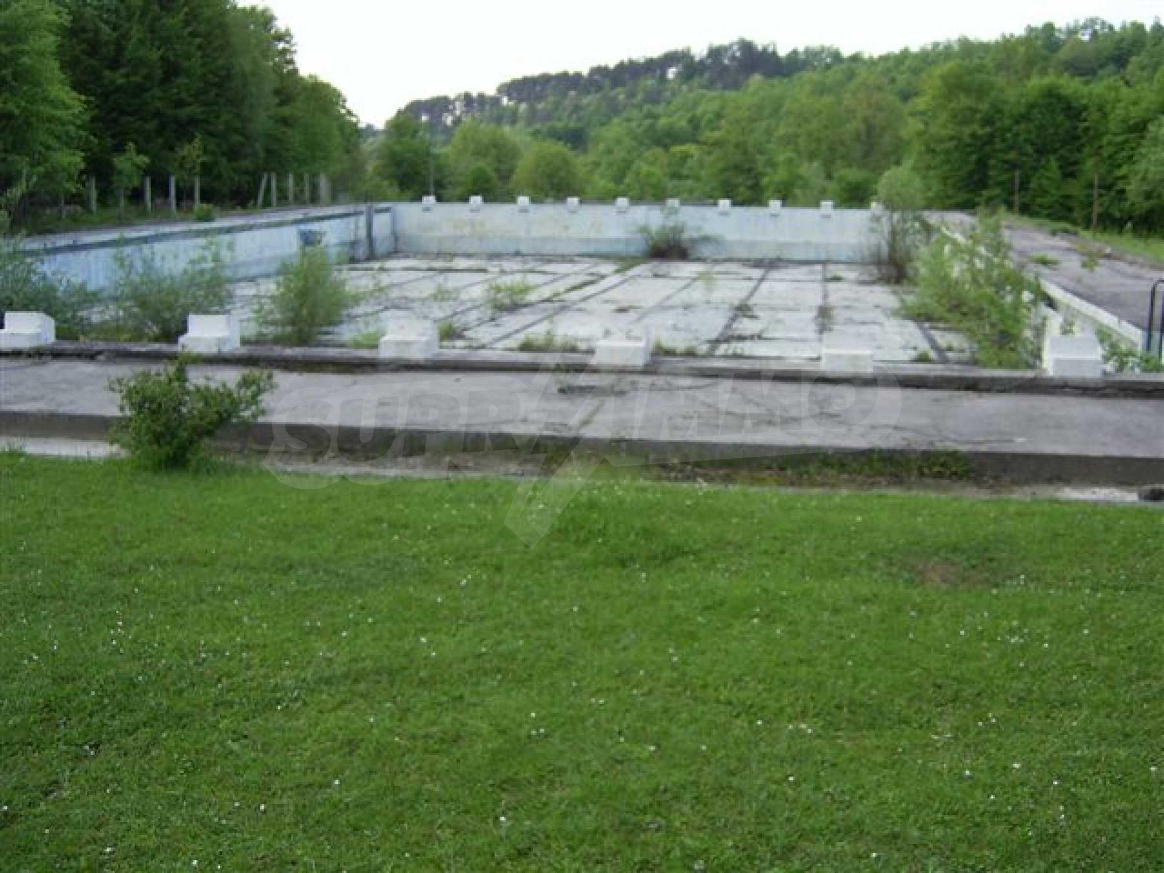 Land mit Schwimmbad in Troyan