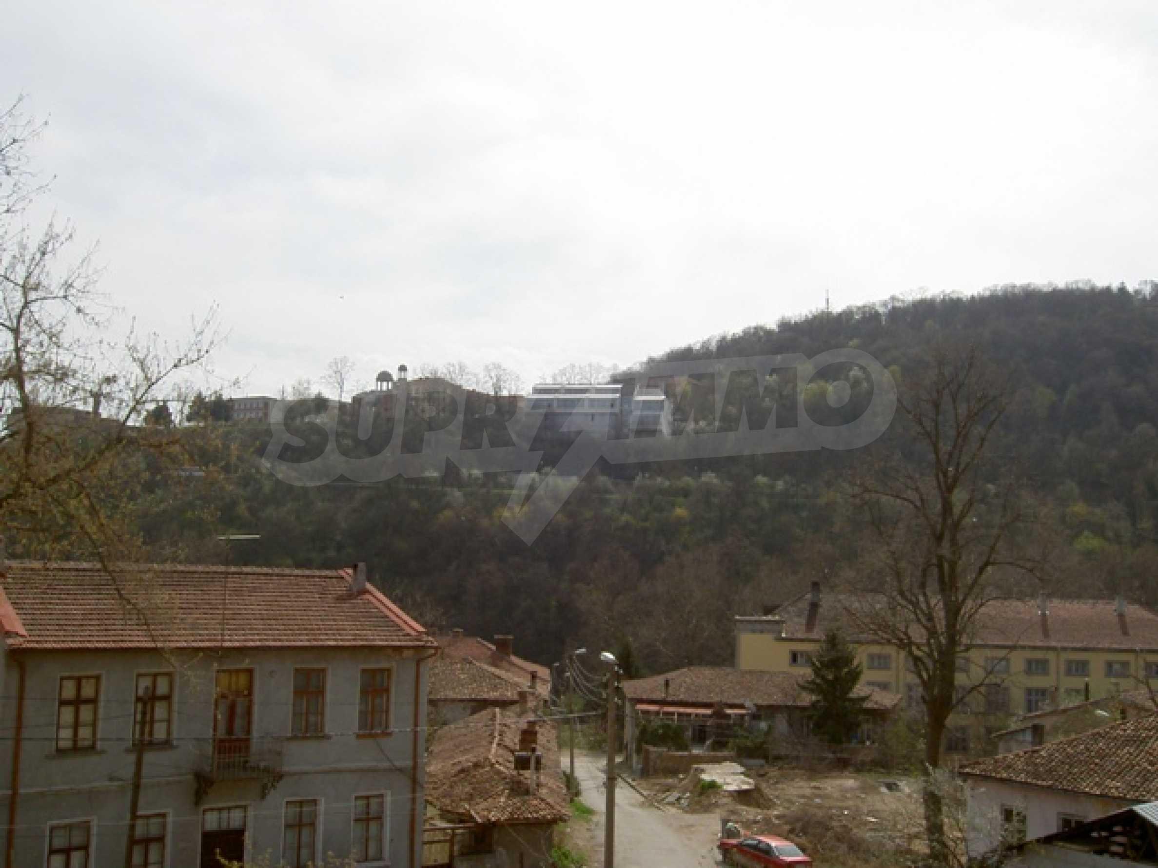 УПИ с отлична панорамна гледка към крепостта   Царевец   9