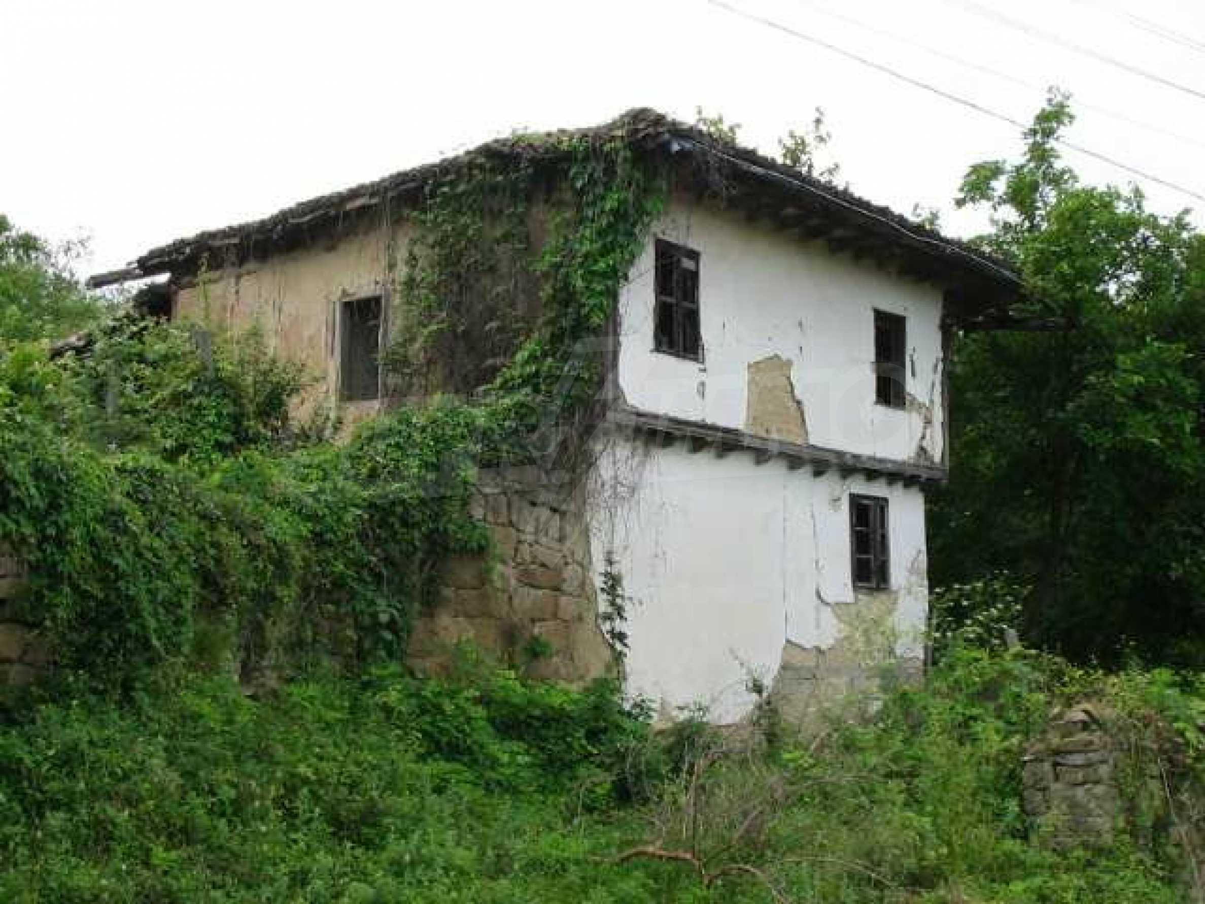 Zweistöckiges traditionelles Haus für größere Renovierungsarbeiten im Dorf Mindya