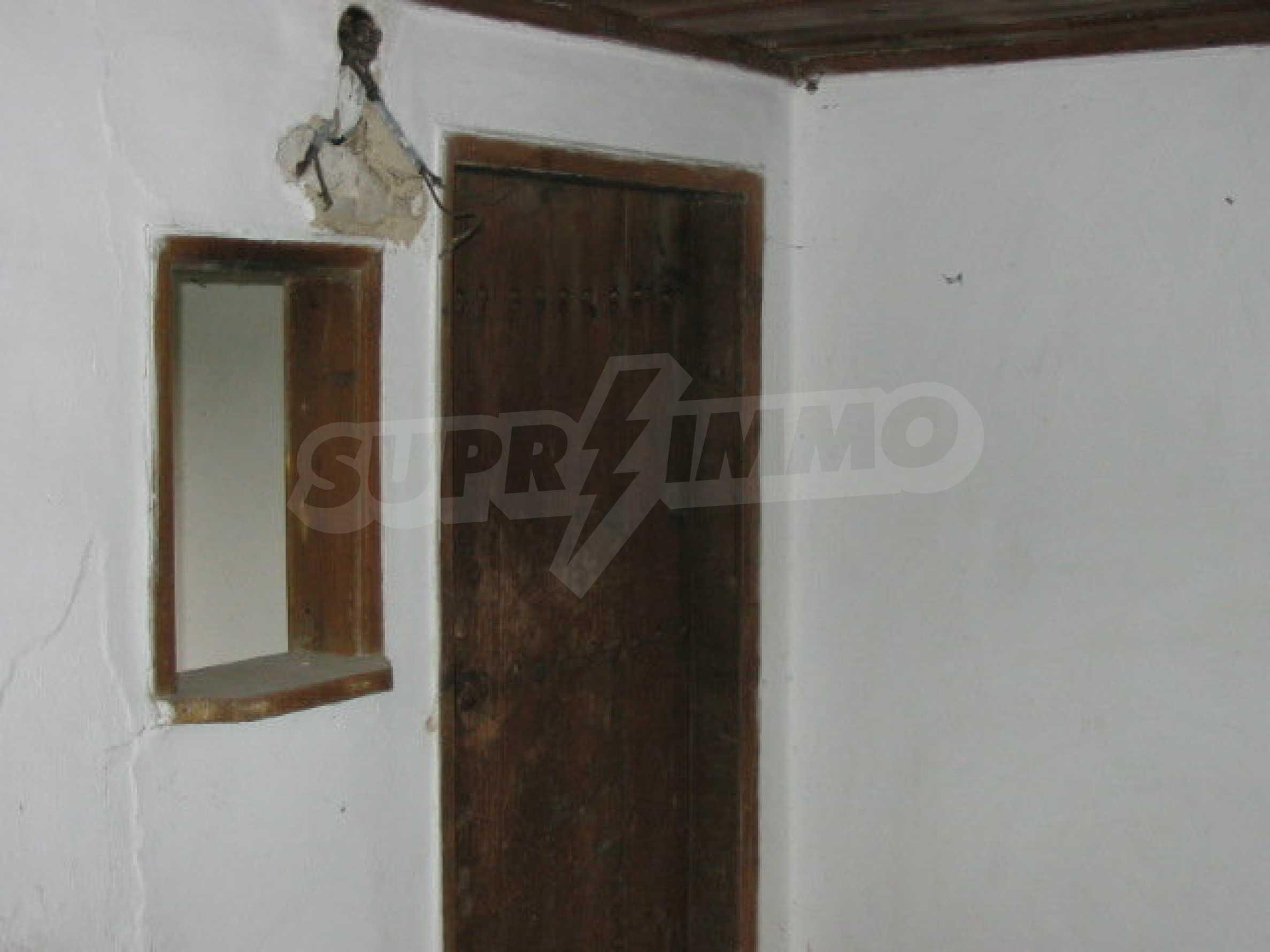 Zweistöckiges traditionelles Haus für größere Renovierungsarbeiten im Dorf Mindya 1