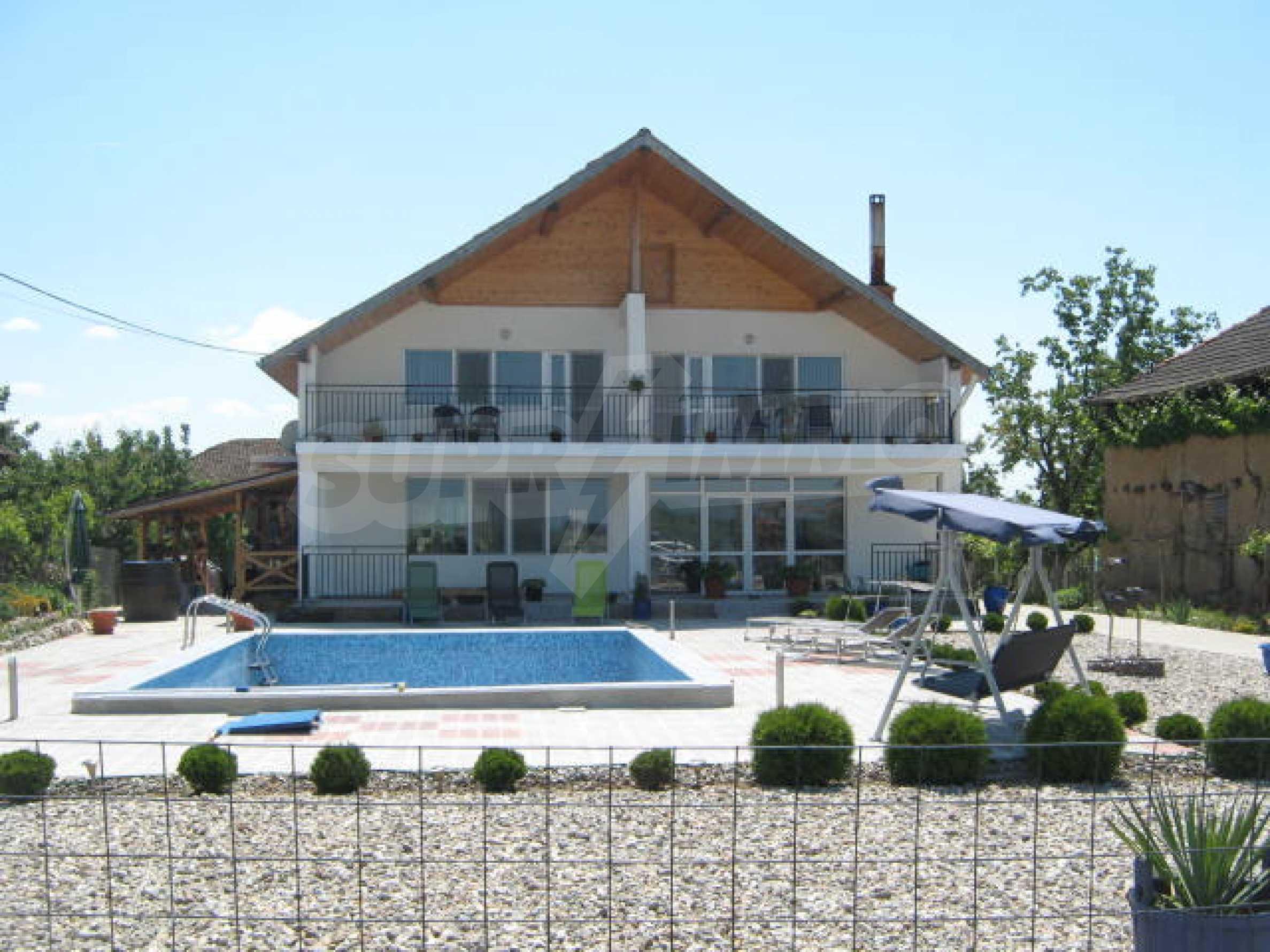 Хубава къща с градина, басейн, беседка с барбекю и лятна кухня