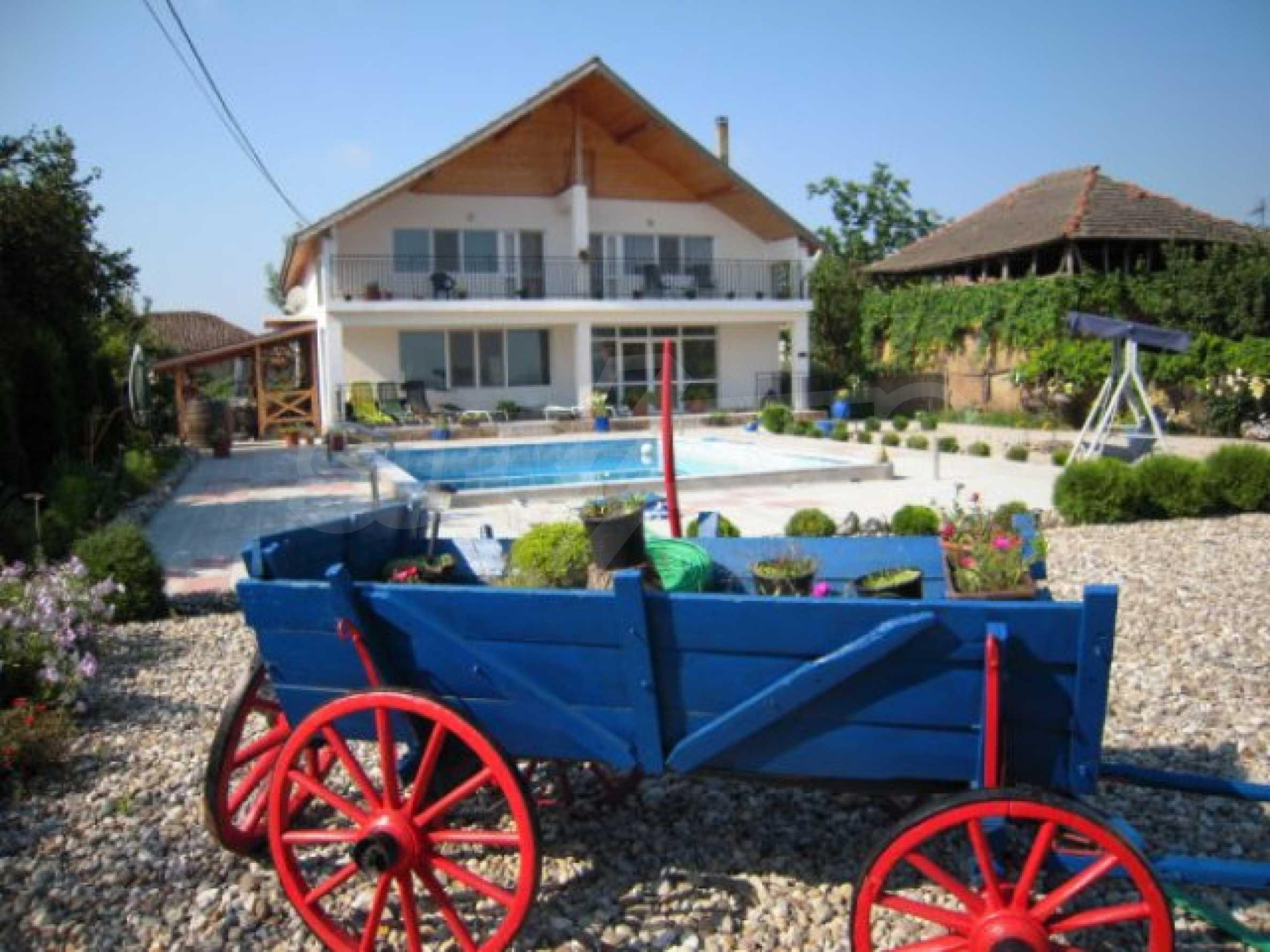 Хубава къща с градина, басейн, беседка с барбекю и лятна кухня 1