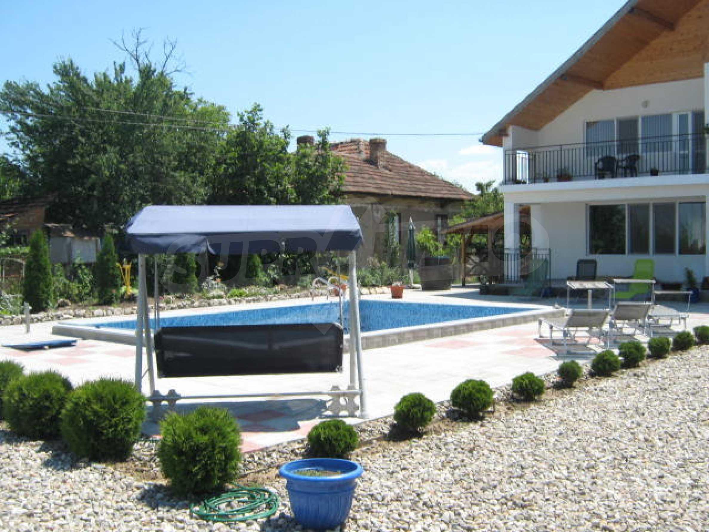 Хубава къща с градина, басейн, беседка с барбекю и лятна кухня 31