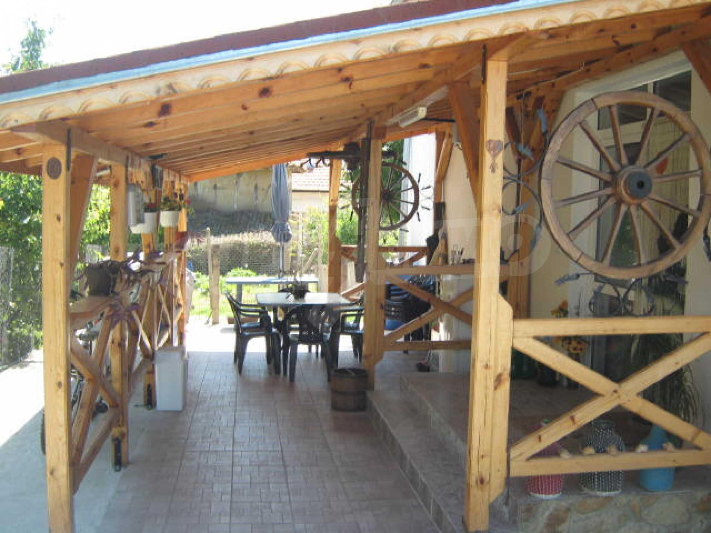 Хубава къща с градина, басейн, беседка с барбекю и лятна кухня 32
