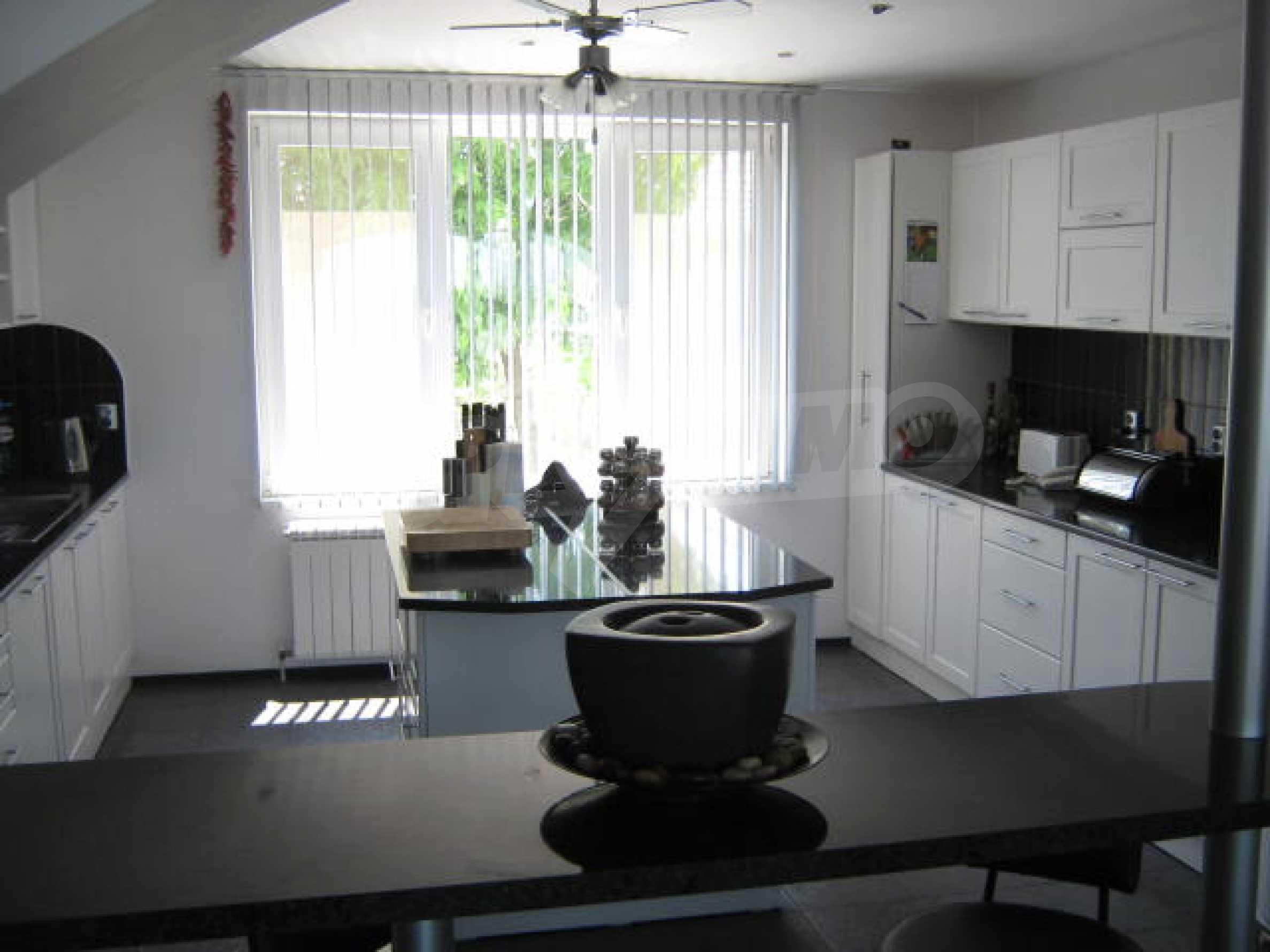 Хубава къща с градина, басейн, беседка с барбекю и лятна кухня 7