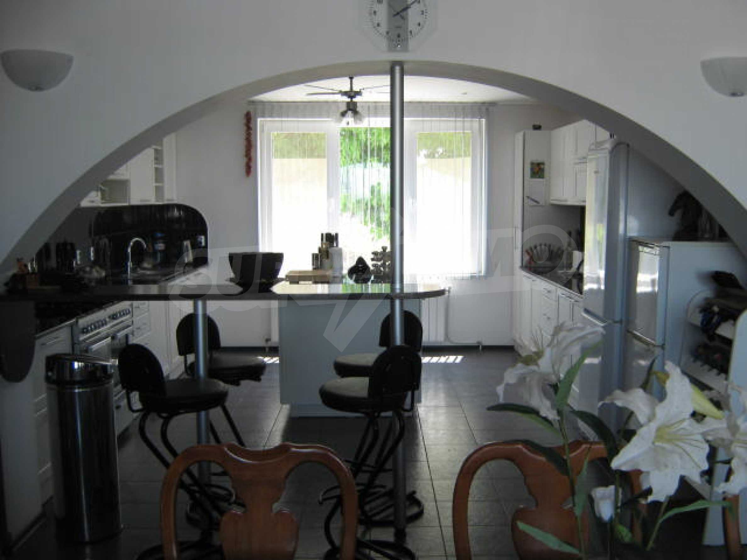 Хубава къща с градина, басейн, беседка с барбекю и лятна кухня 8