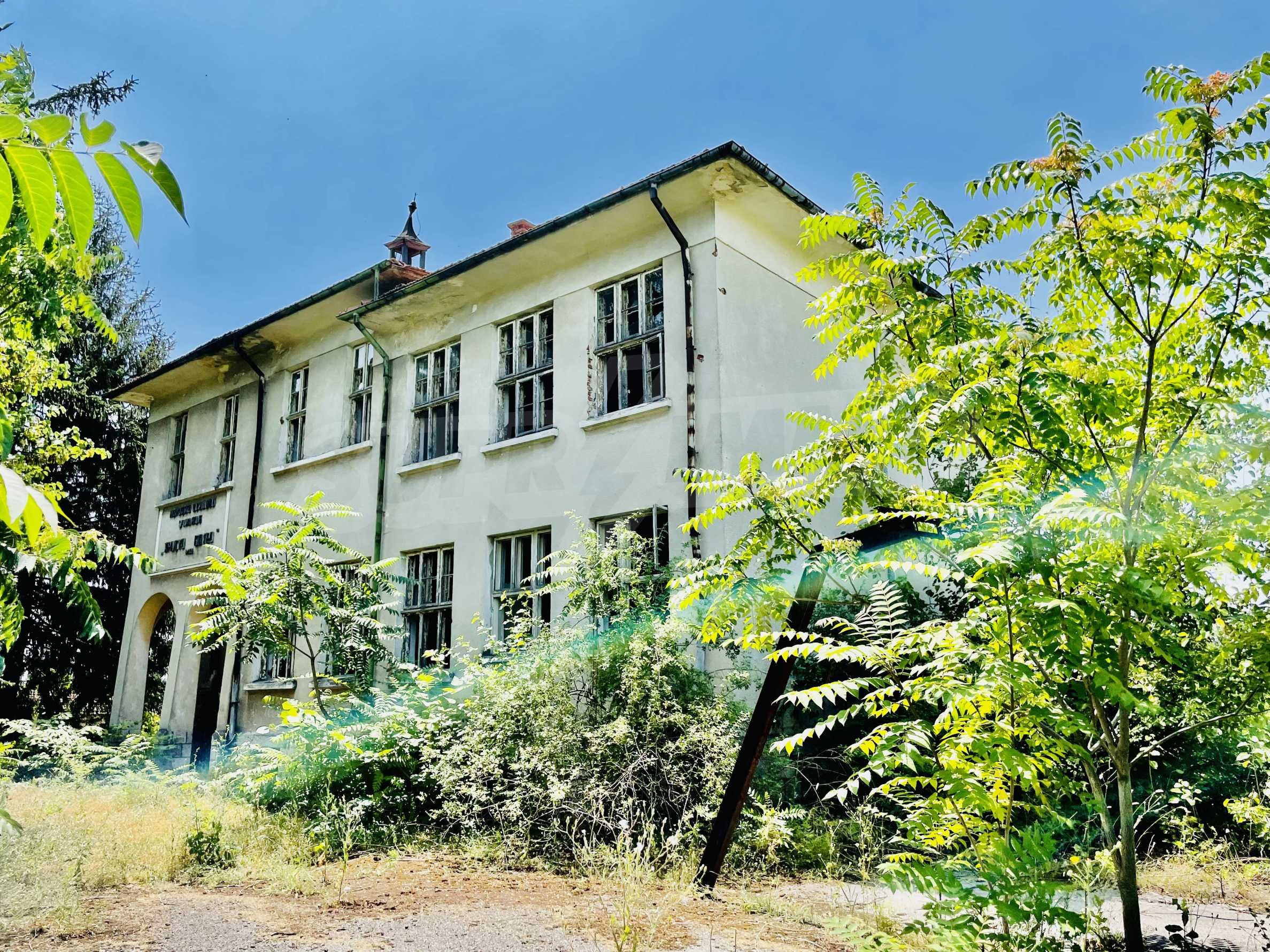 Zwei massive Gebäude auf einem großen Grundstück 35 km von der Stadt Russe und der Donau entfernt